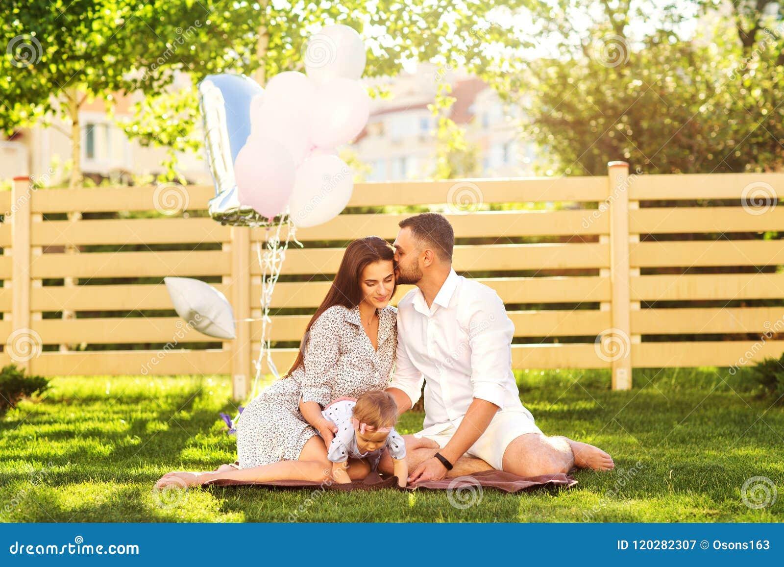 Dobiera się w miłości na pinkinie blisko ich domu, amerykanina styl