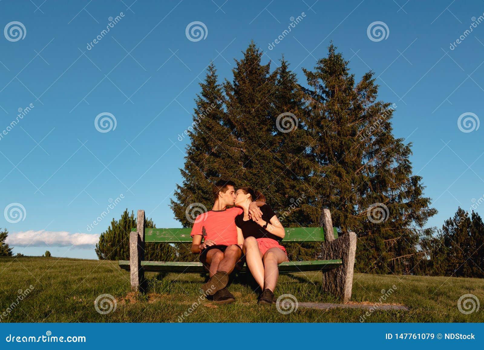 Dobiera się w miłości siedzi na ławce w górach i całuje po podwyżki