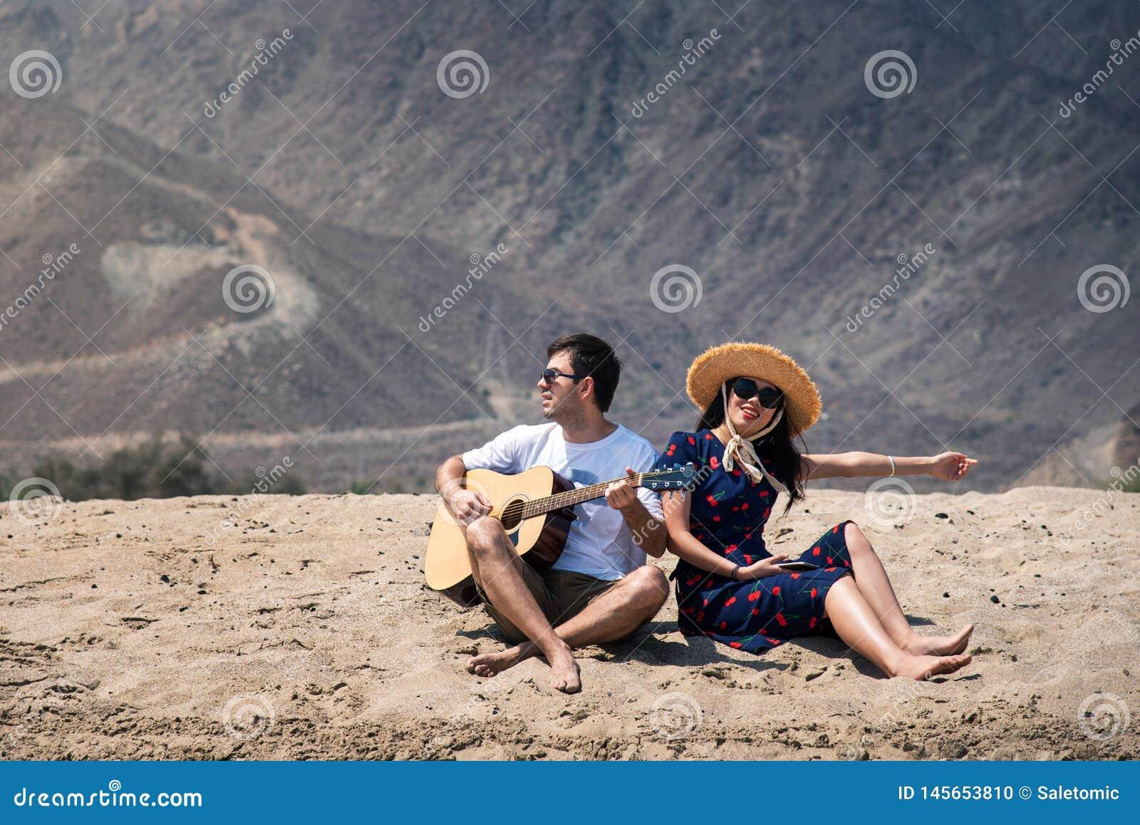 Dobiera si? ?piewackiego i bawi? si? gitar? kupuje pla??