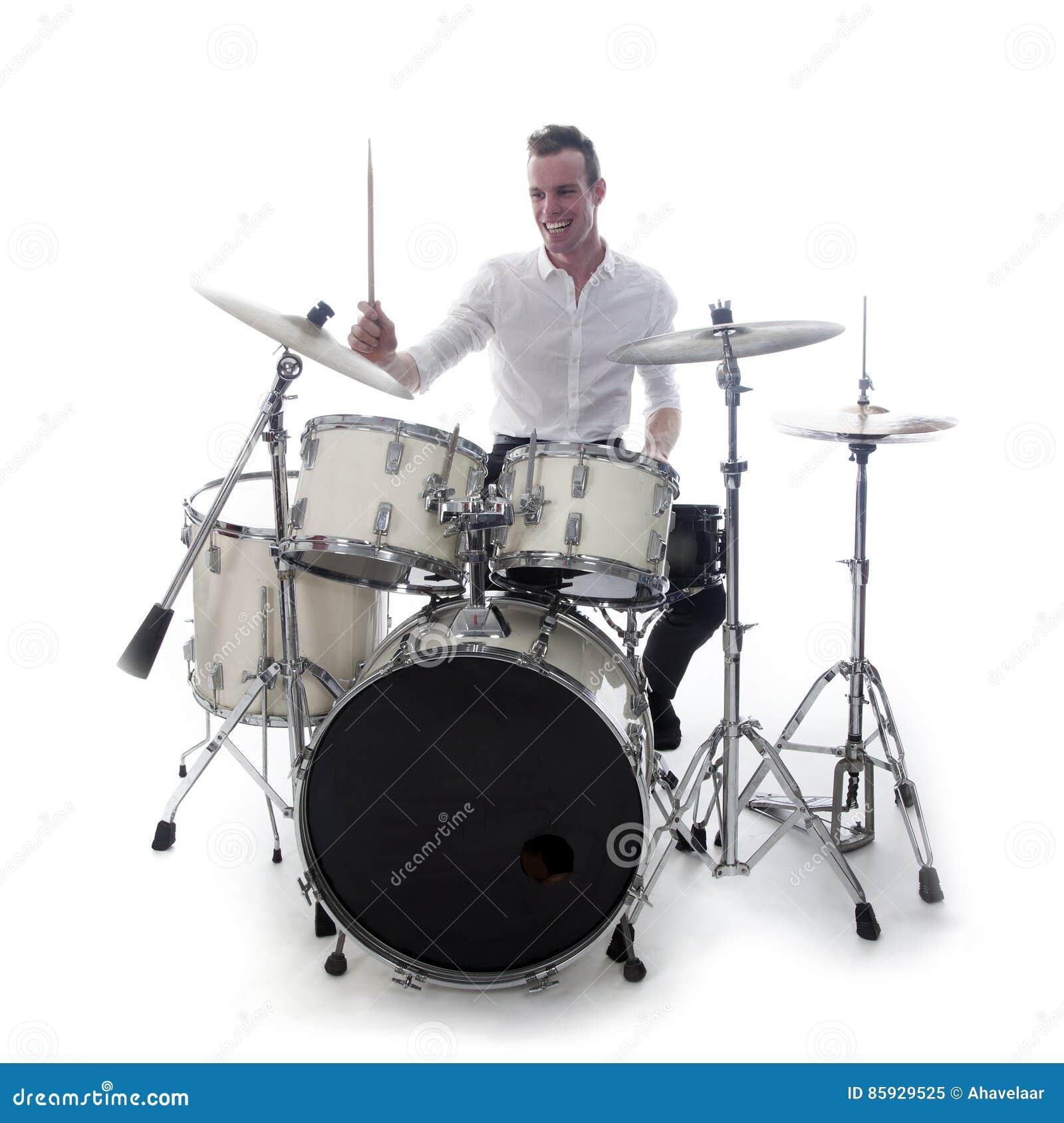 Dobosz za bębenu setem jest ubranym białą koszula i bawić się bębeny