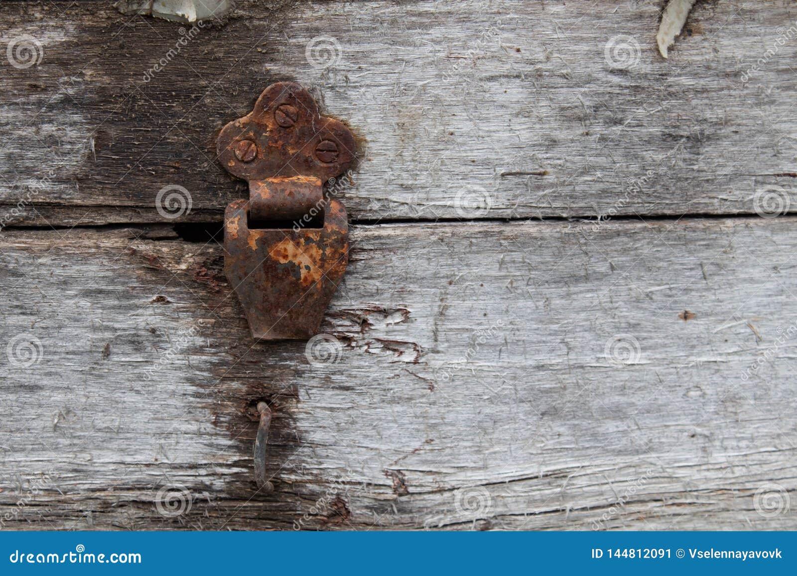 Dobradi?a r?stica empoeirada velha na caixa da dobradi?a no fundo da textura do grunge Caixa de madeira antiga