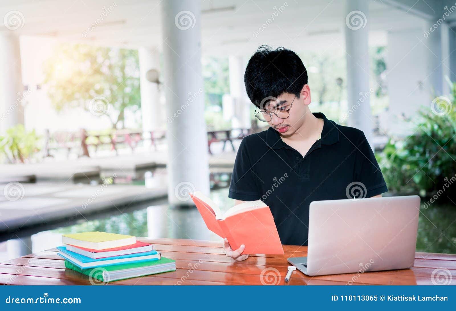 Dobrador do livro de escola da leitura do estudante do homem novo