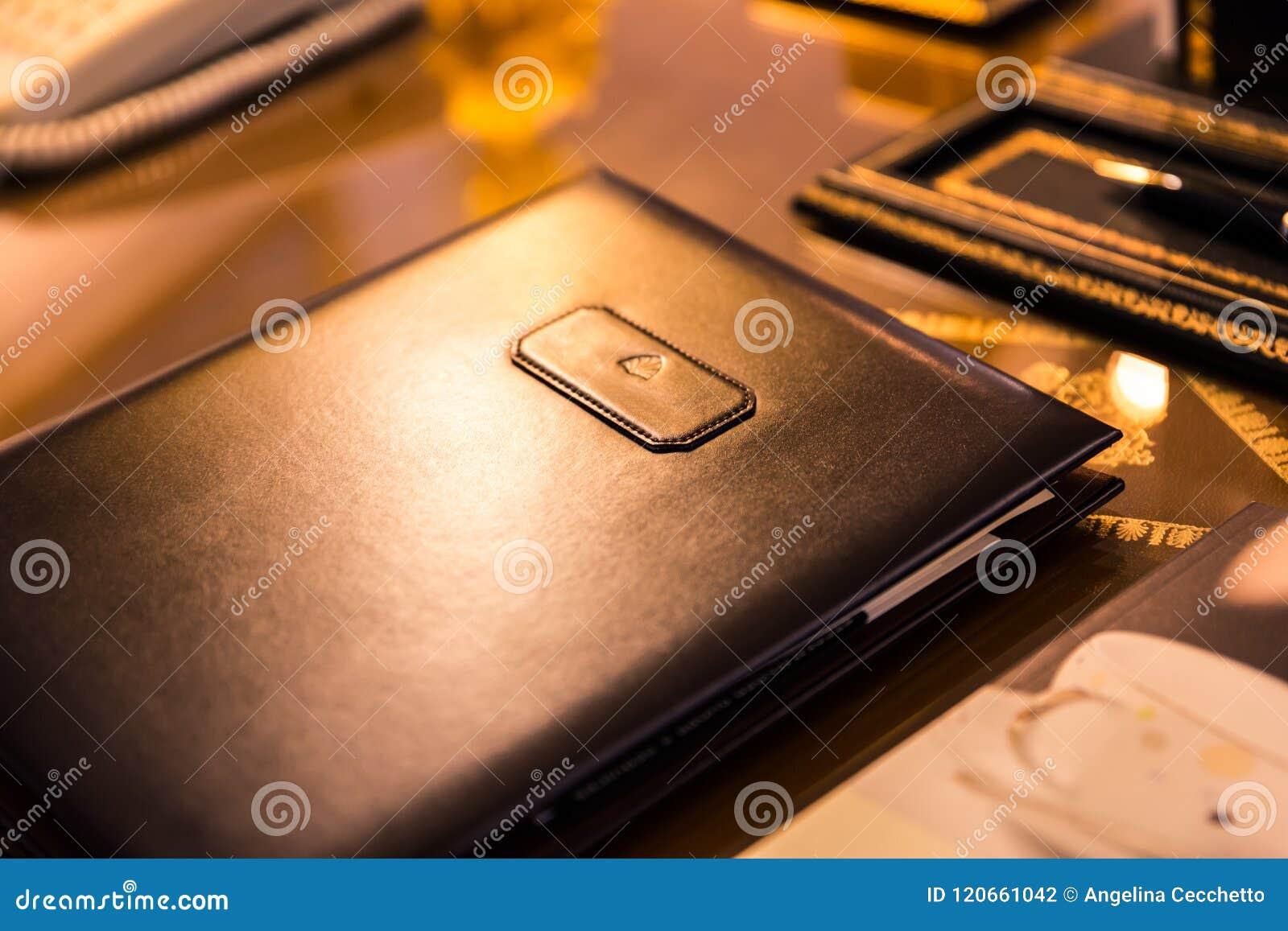 Dobrador genuíno do couro de Brown na superfície brilhante da mesa