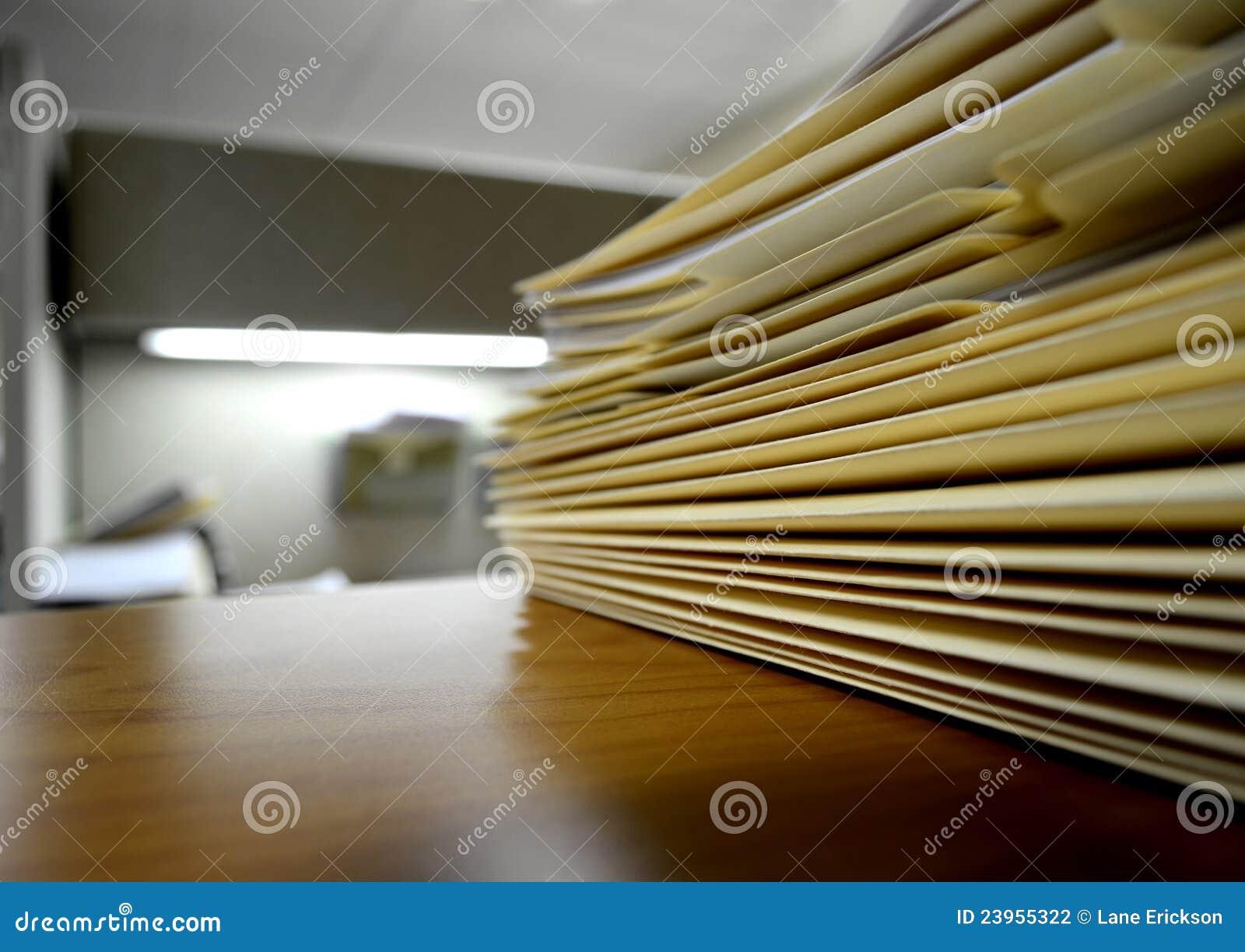 Dobradores de arquivo na prateleira ou na mesa