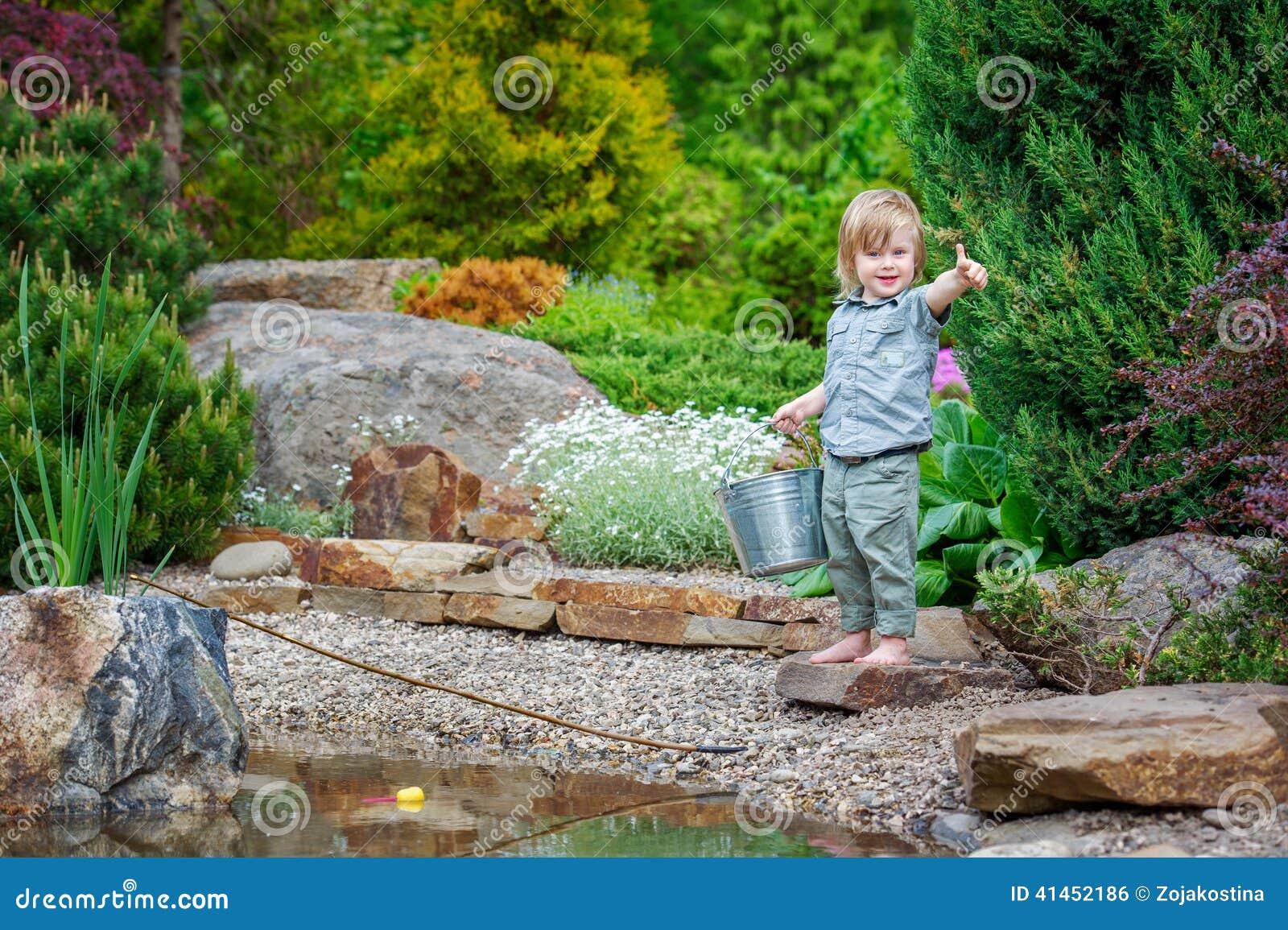 Dobrar alegre da criança