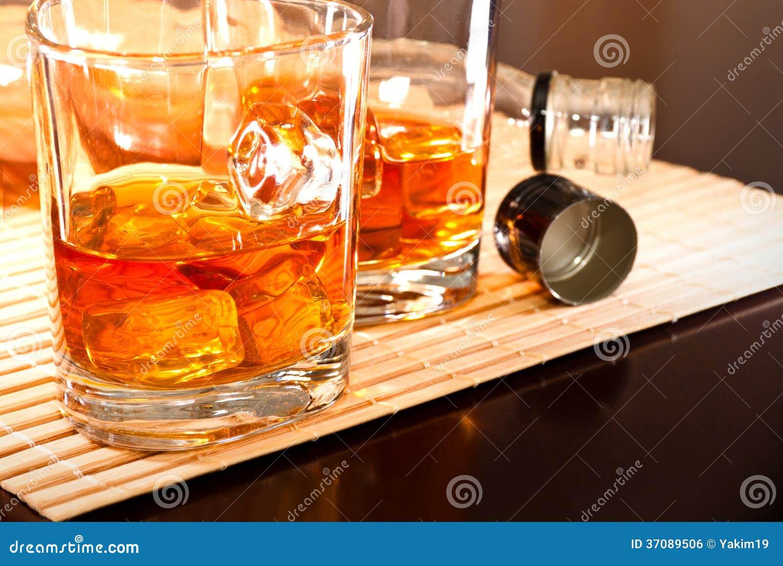 Download Dobry whisky zdjęcie stock. Obraz złożonej z odzwierciedlający - 37089506