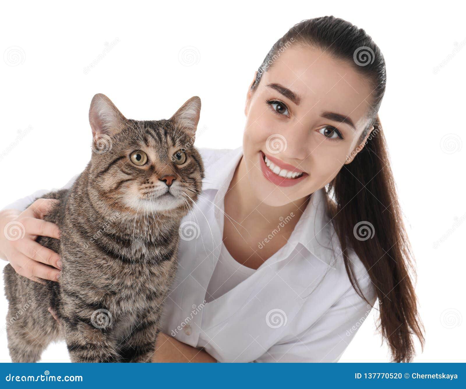 Doc. de vétérinaire avec le chat sur le blanc