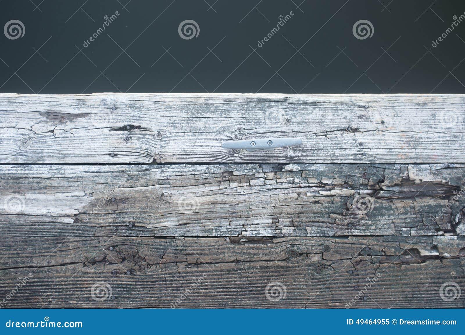 Doca de madeira velha no lago