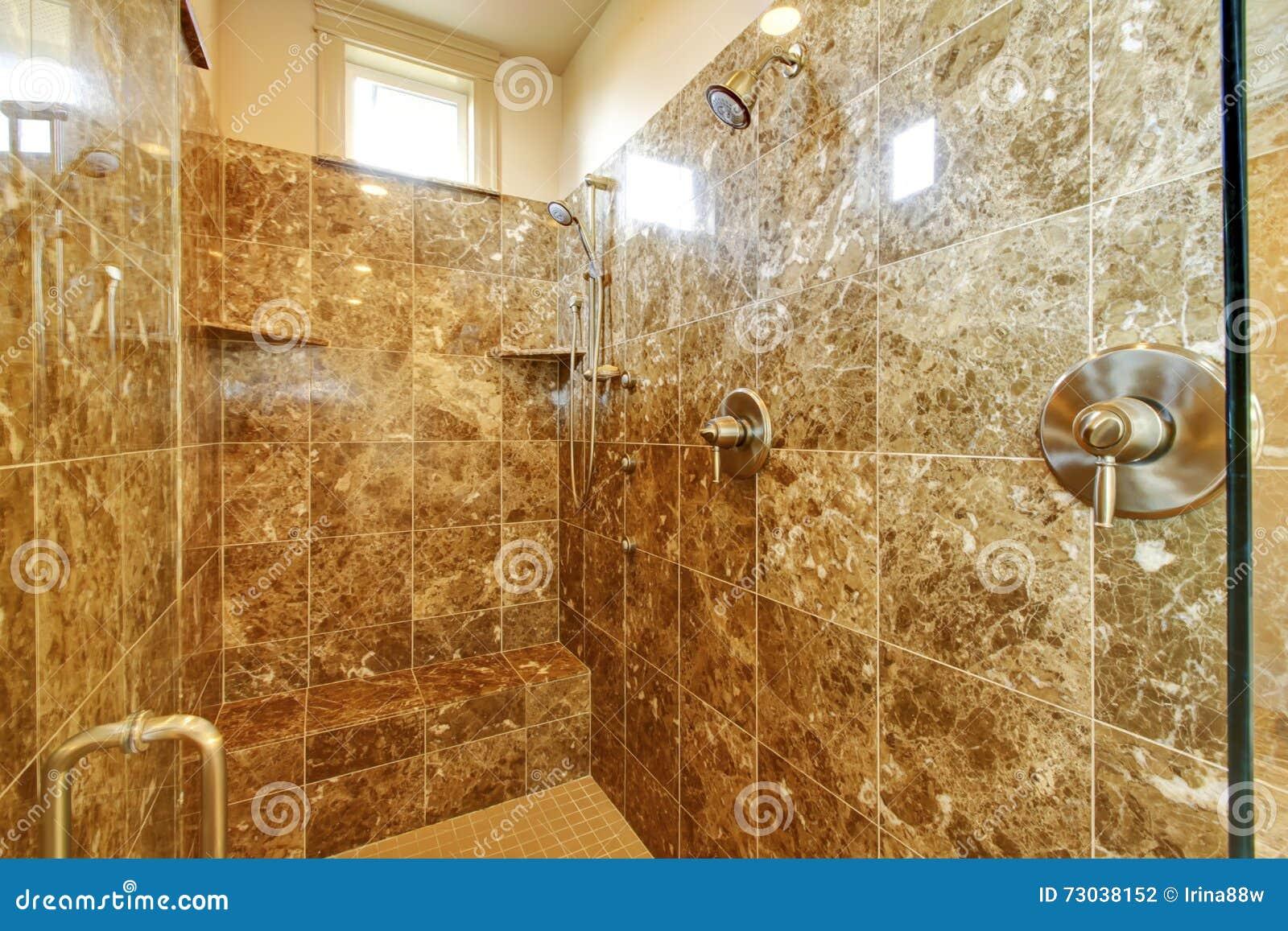 Doccia del bagno con i wallls e la finestra di marmo - Doccia con finestra ...