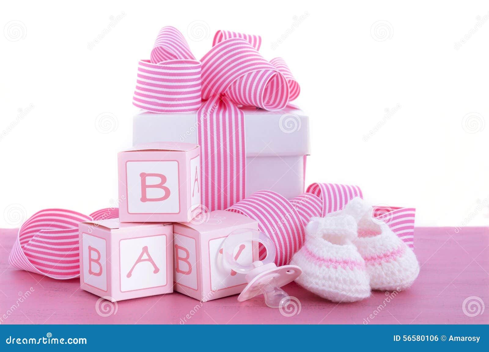 Doccia di bambino sua un regalo di rosa della ragazza