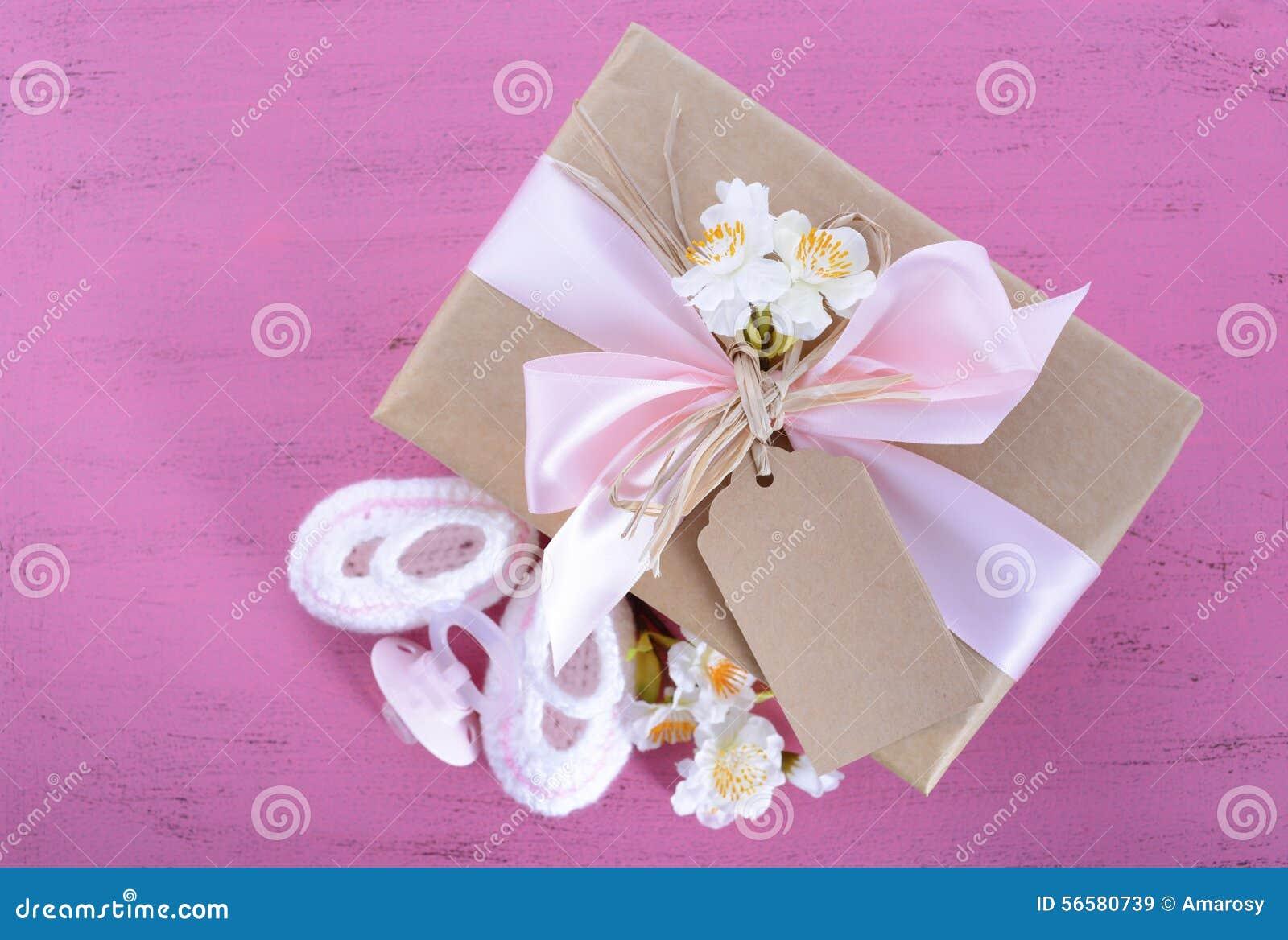 Doccia di bambino sua un regalo naturale dell involucro della ragazza