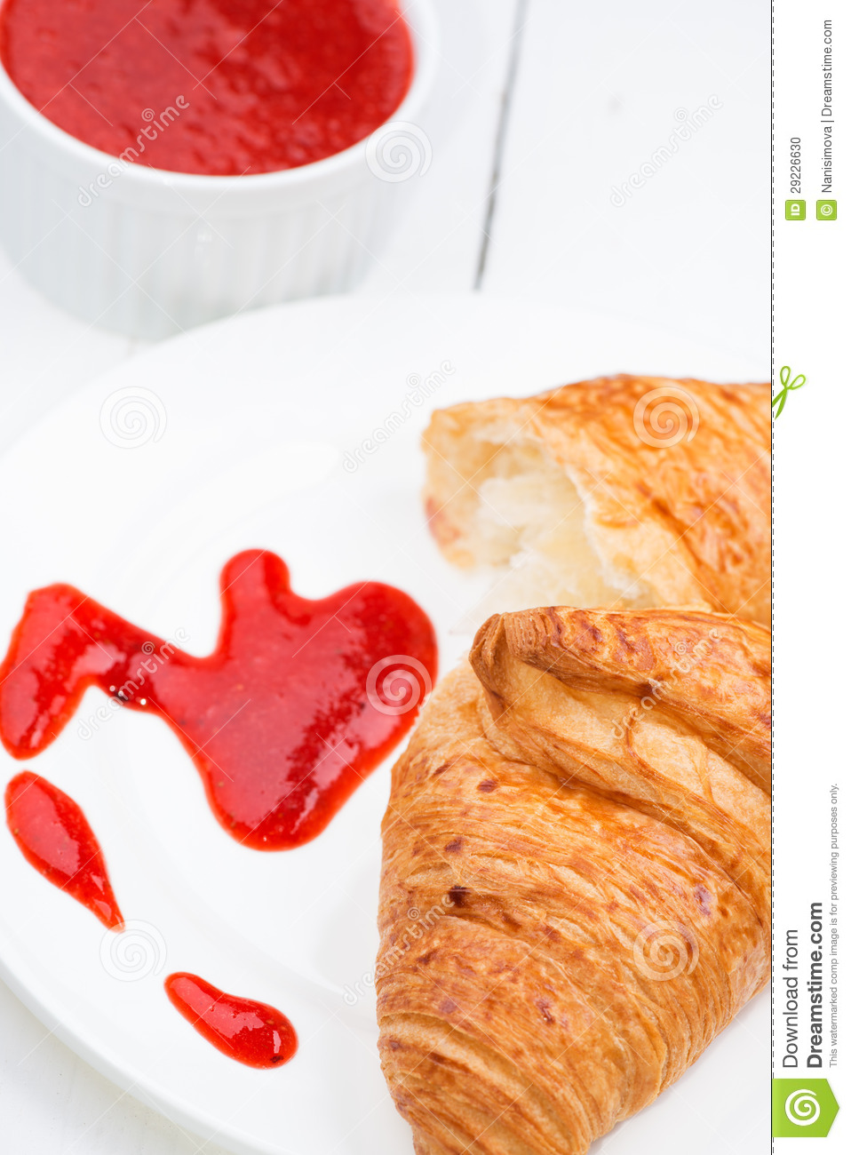 Download Doce Do Croissant E De Morango Foto de Stock - Imagem de flaky, pão: 29226630