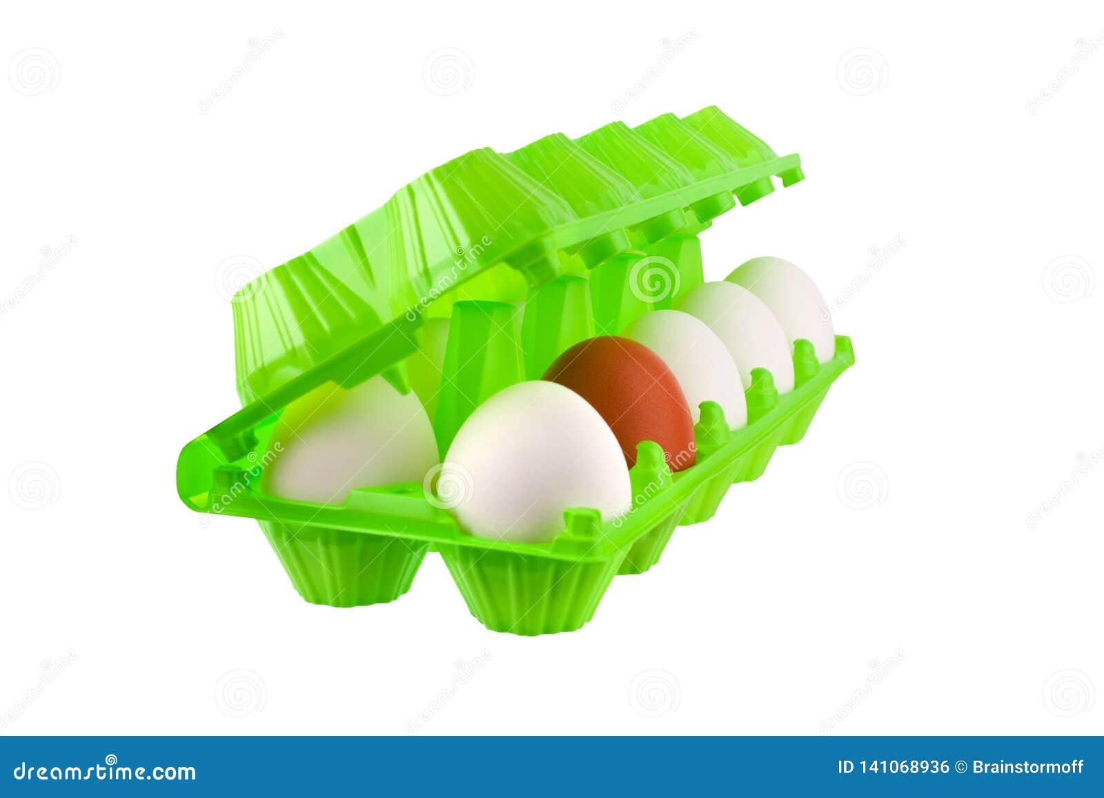 Docena huevos blancos y uno marrón o rojo en paquete plástico verde abierto en cierre aislado fondo blanco para arriba
