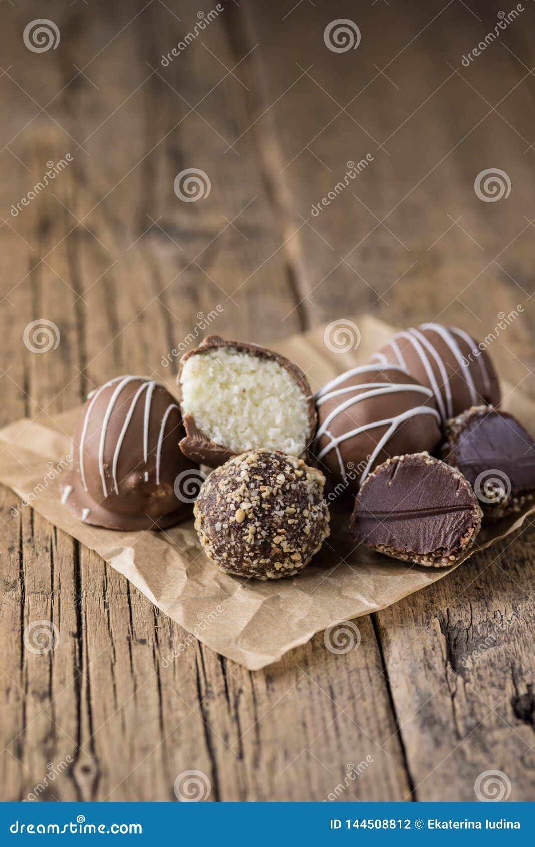 Doces saborosos caseiros crus do chocolate do vegetariano e da sobremesa saudável do vegetariano dos doces do coco de chocolate n