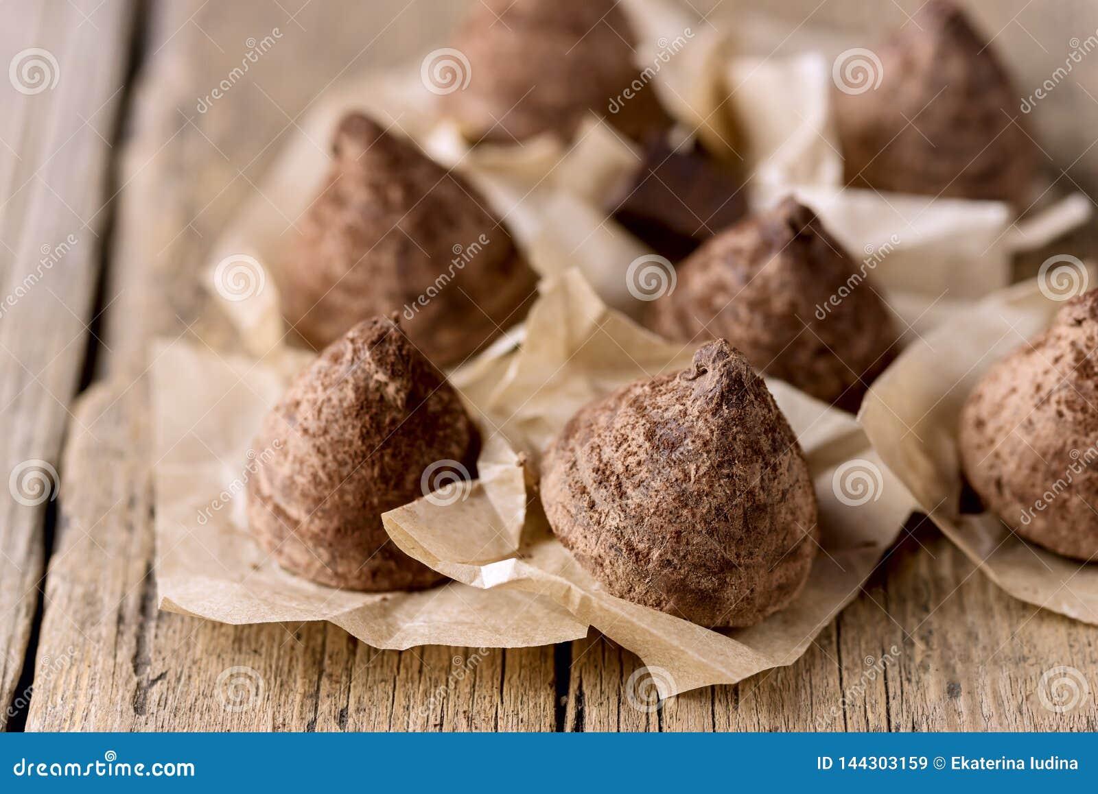 Doces saborosos caseiros da trufa de chocolate no fim saboroso da sobremesa do fundo de madeira velho acima