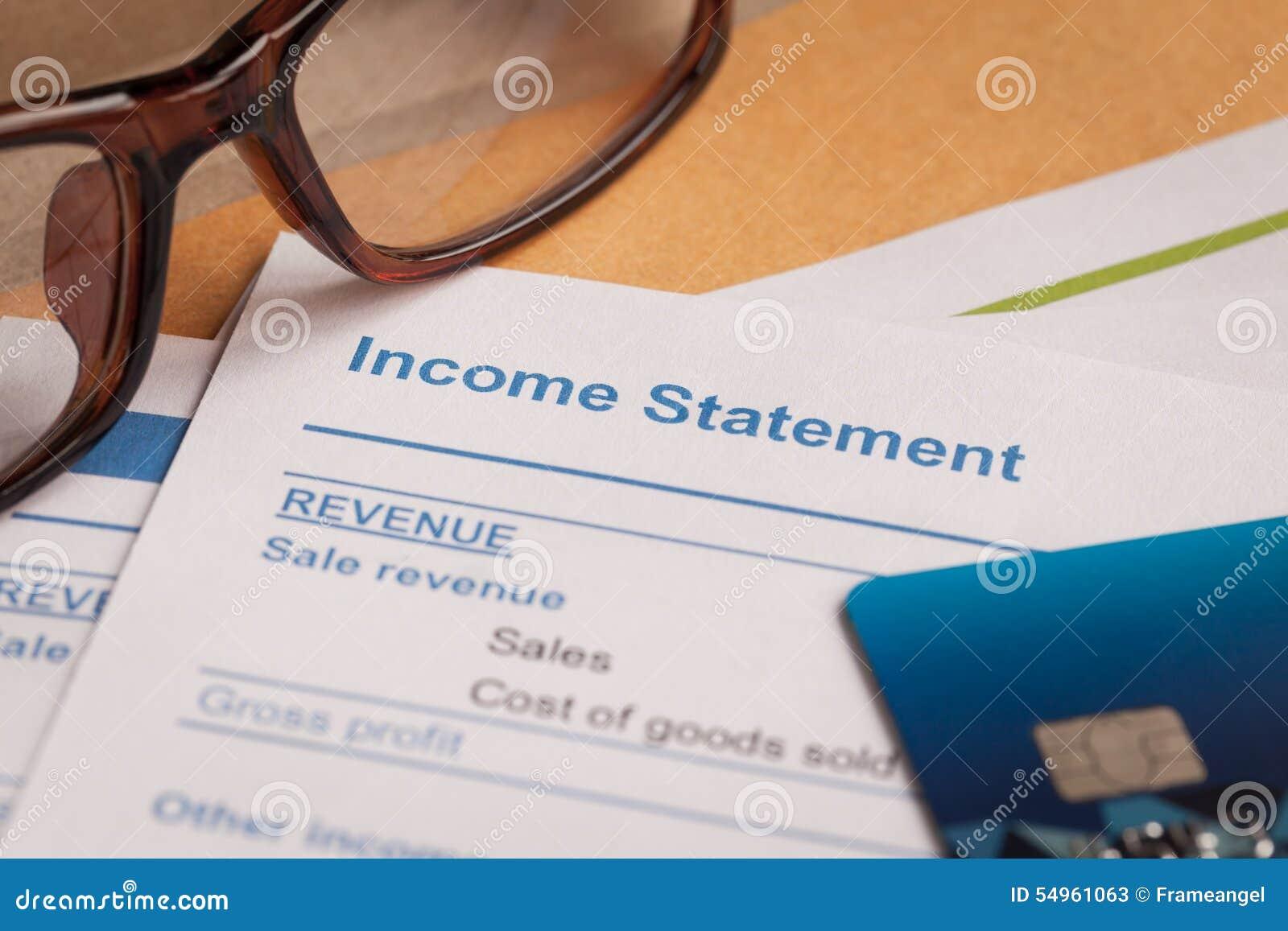 Dochodu oświadczenia list na brown kopercie eyeglass i, biznes
