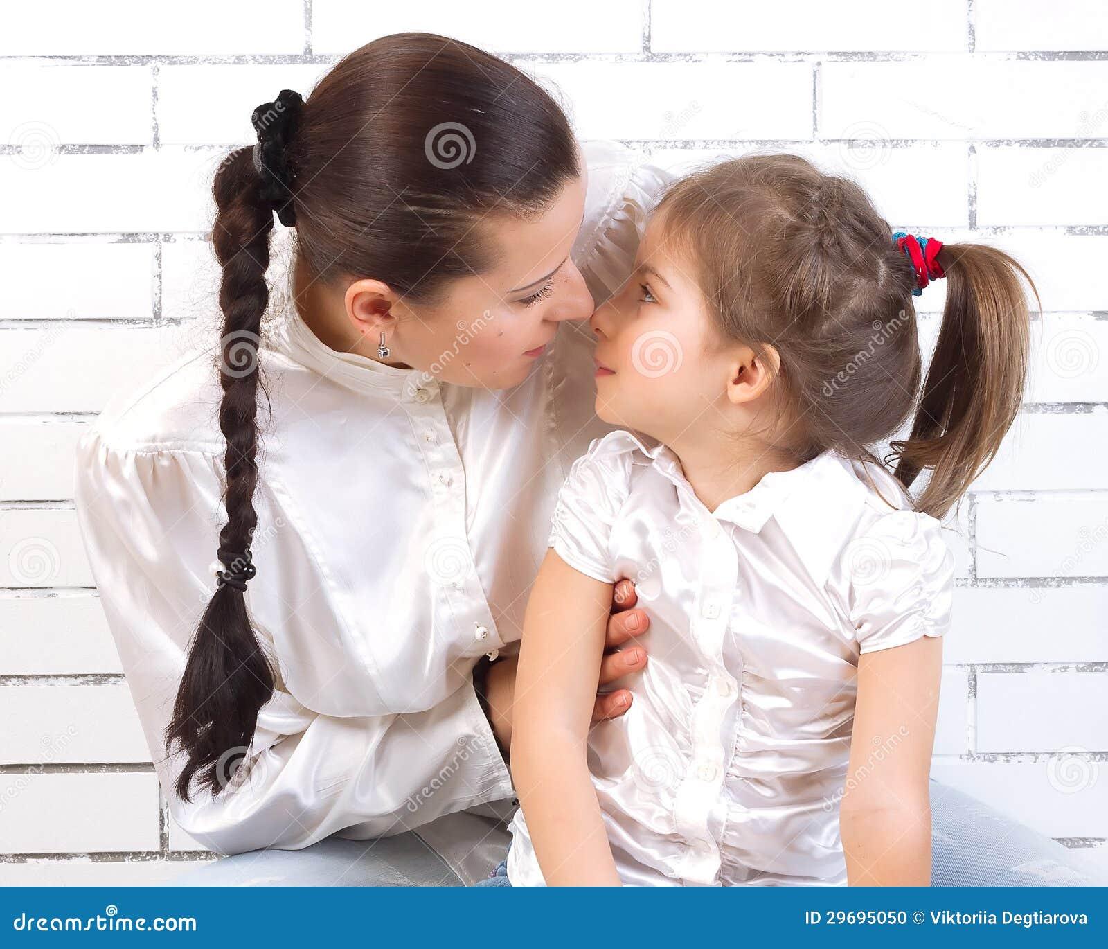 Dochter die haar moeder kussen