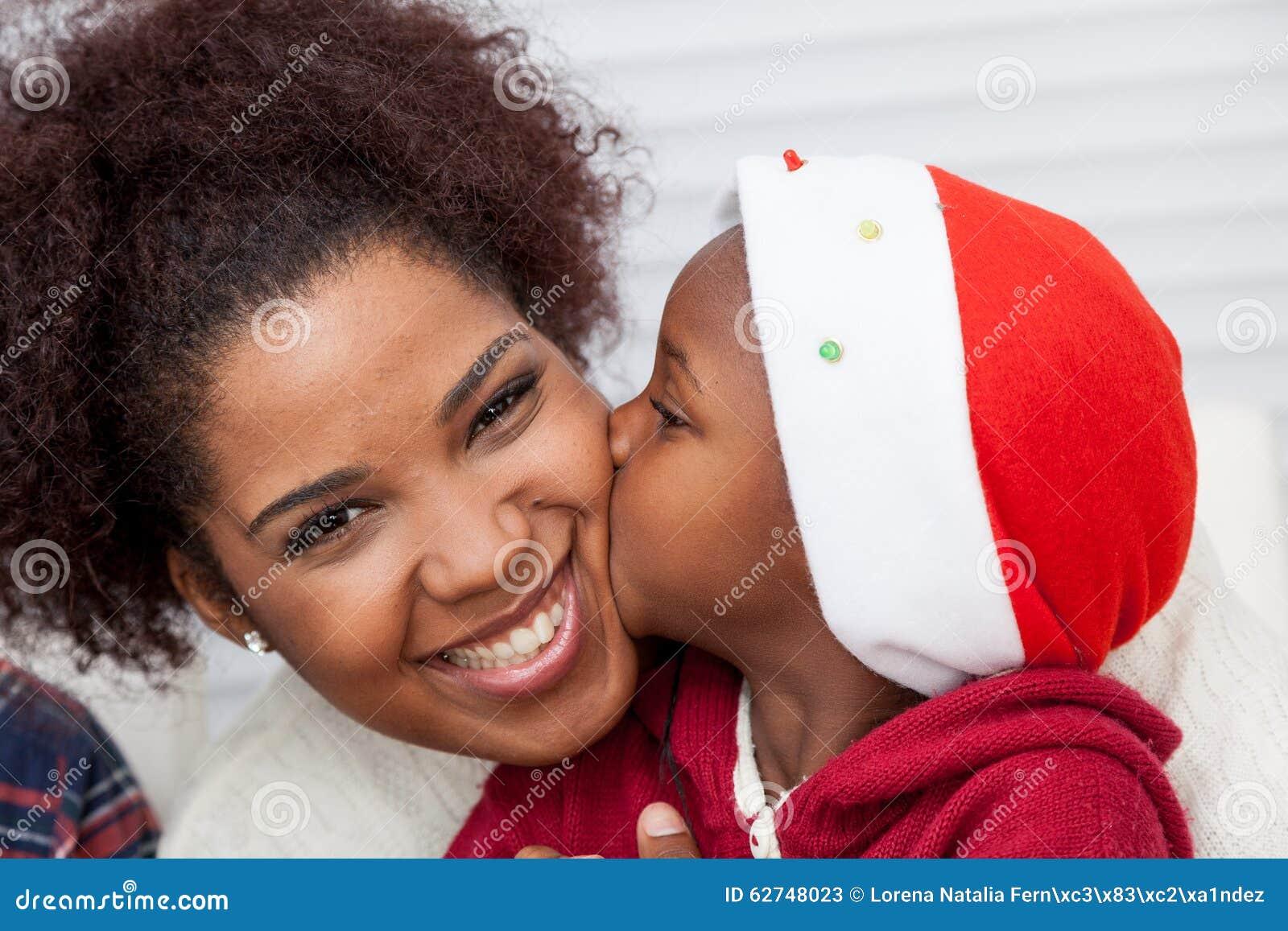 Dochter die haar moeder kust