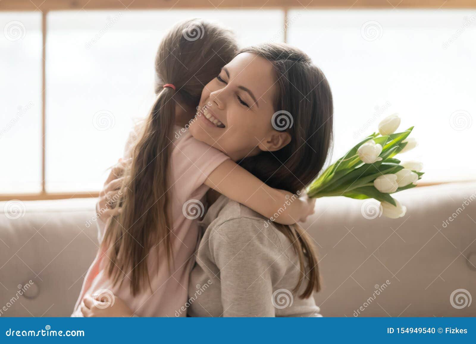 Dochter en moeder die het vieren internationale vrouwendag omhelzen