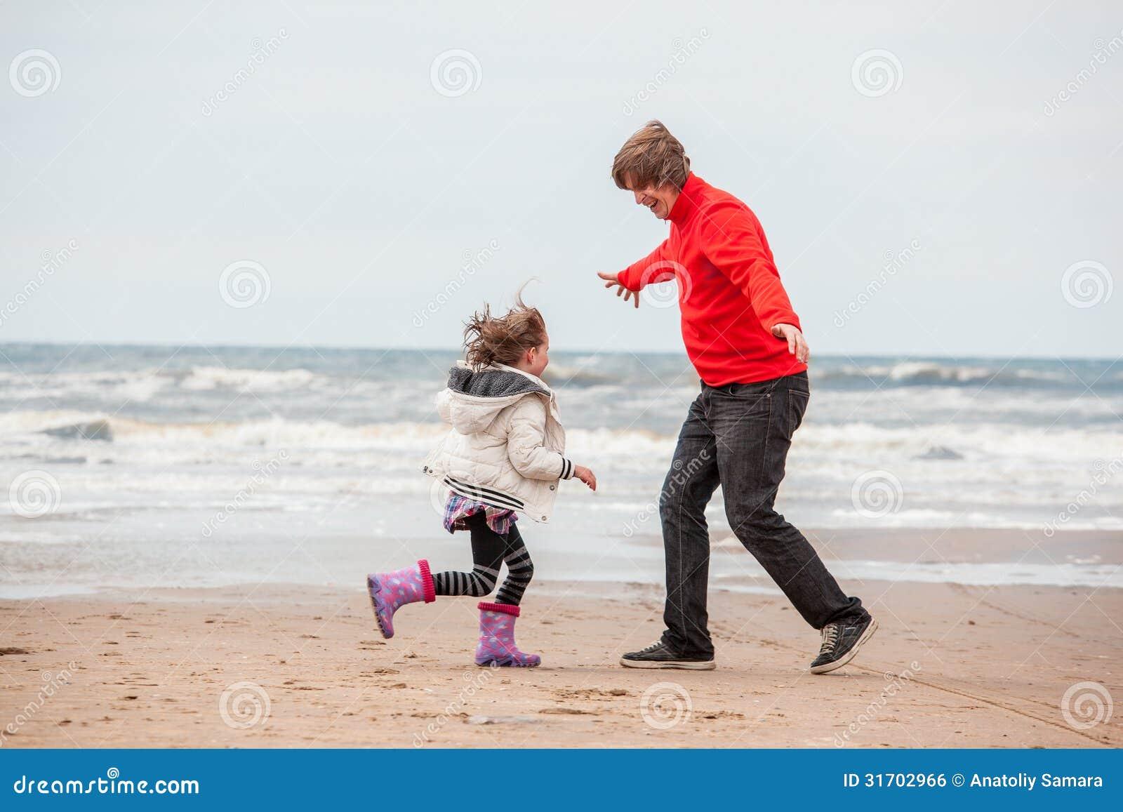 Dochter en vader het spelen