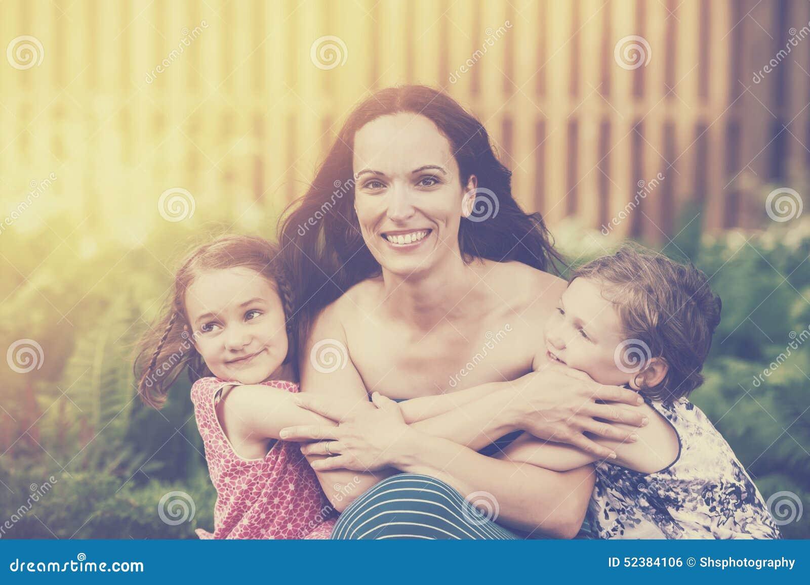 Dochters die hun Retro Moeder koesteren -