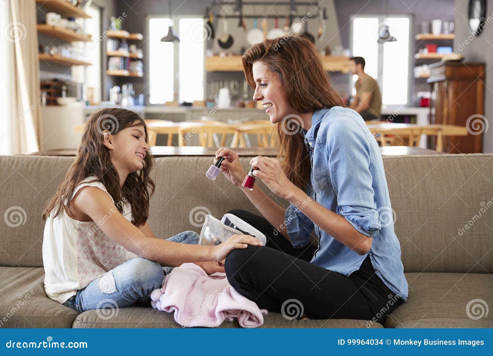 Dochterzitting op de Spijkers van Sofa At Home Painting Mother ` s