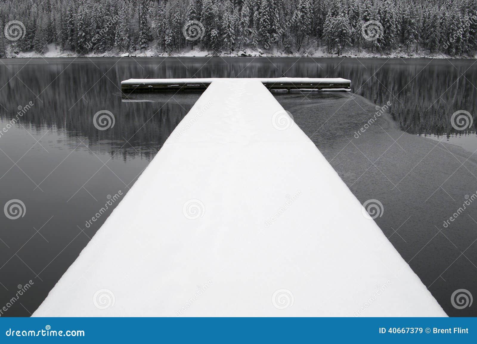 Dock couvert de neige