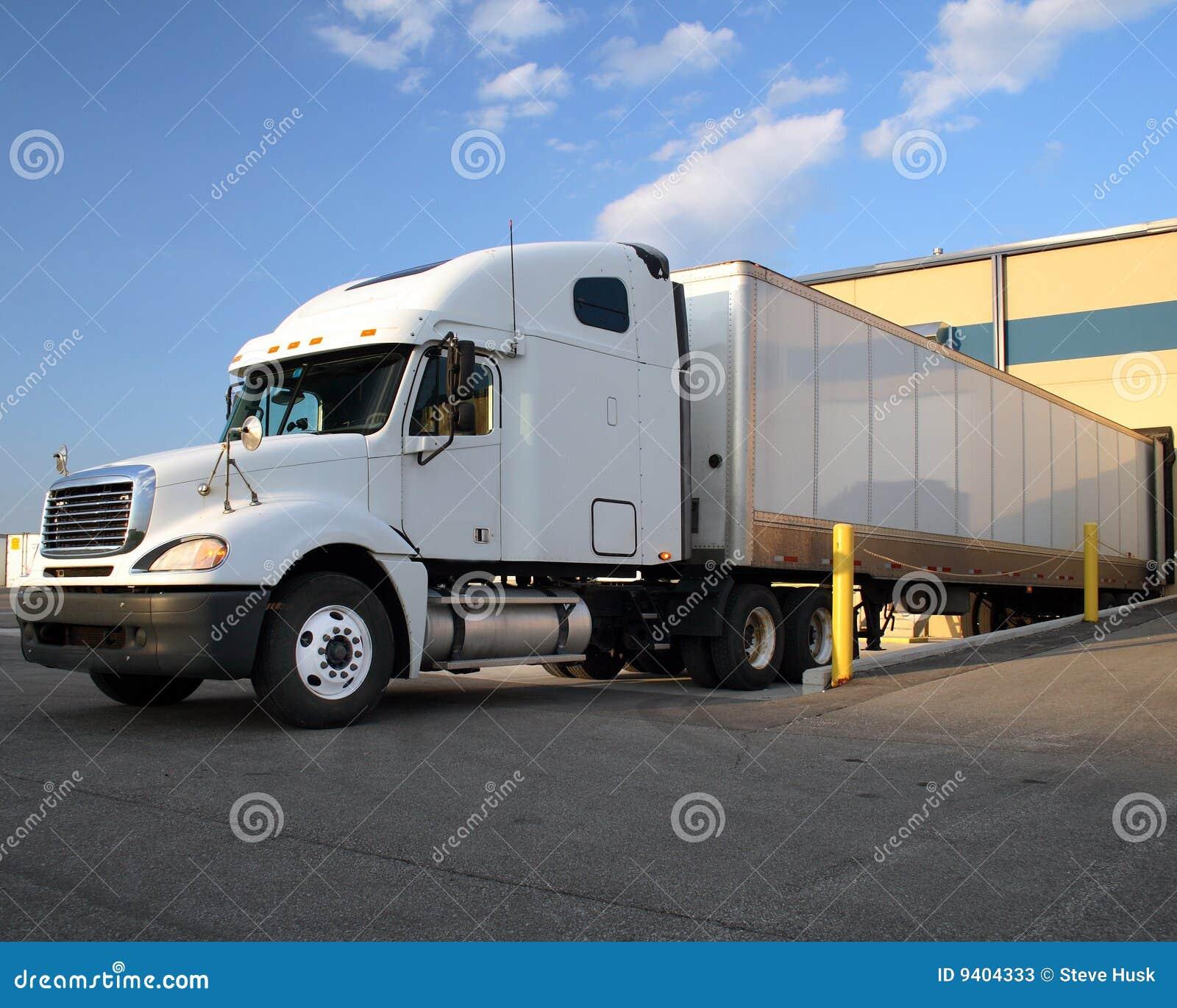 Dock som fyller på den halva traktorsläplastbilen