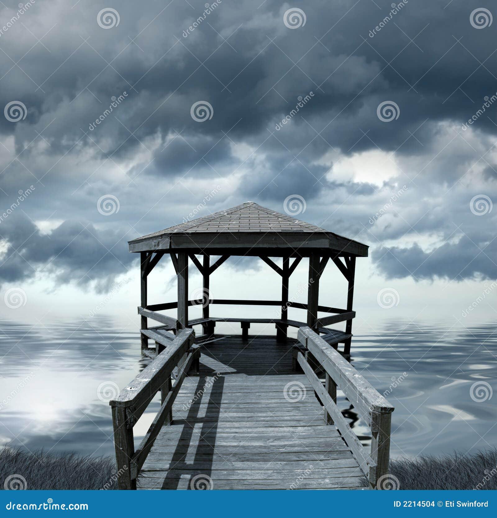 Dock sous le ciel orageux