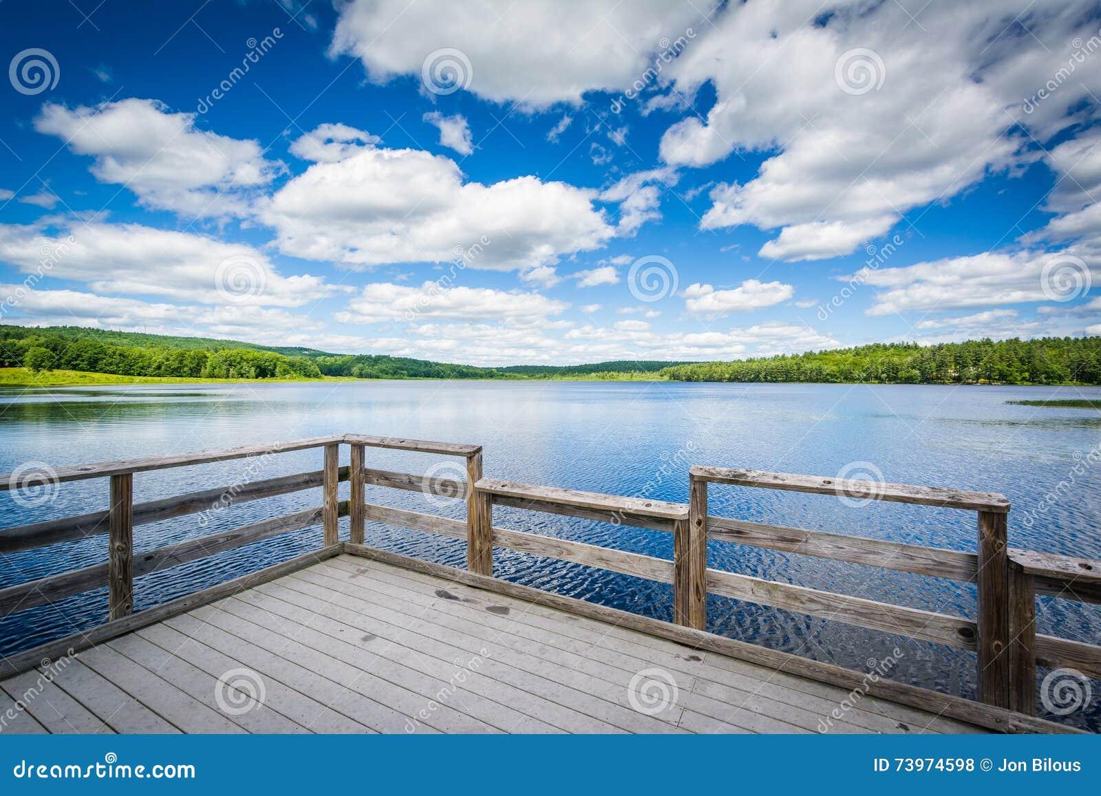 Dock sur l étang de tortue, dans l accord, New Hampshire