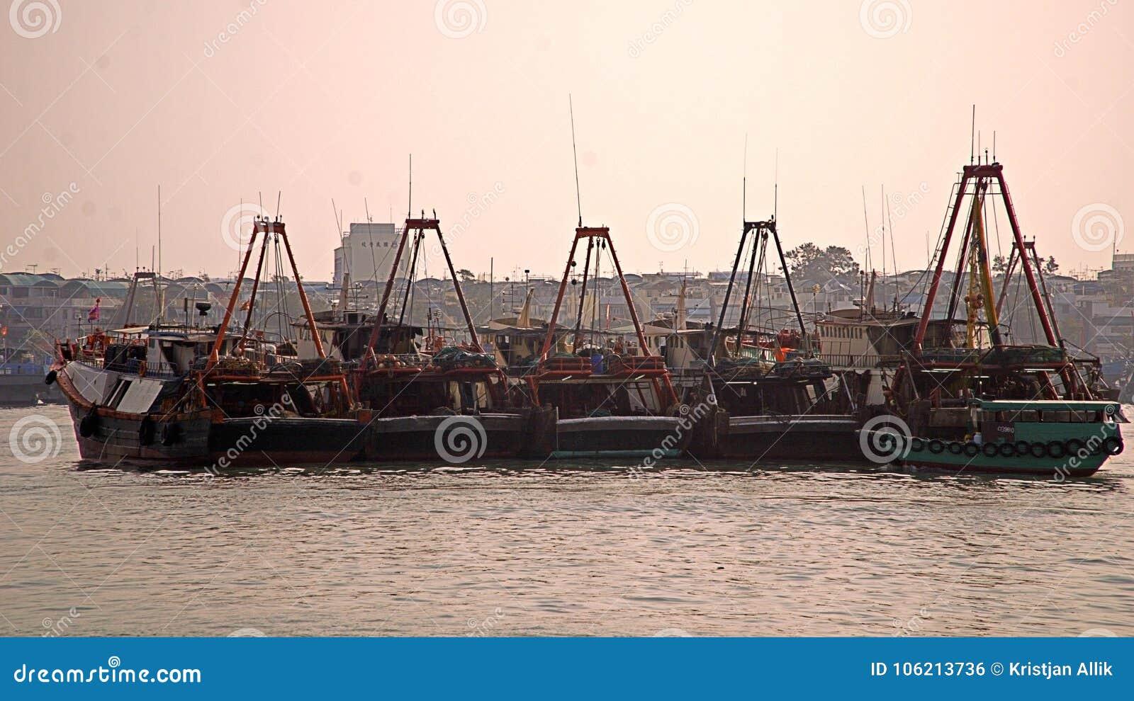 Docked Fischenschleppnetzfischer in Cheungs-chau