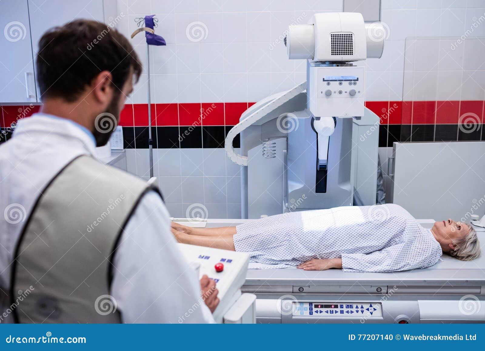 Docteur à l aide de la machine de rayon X pour examiner le patient