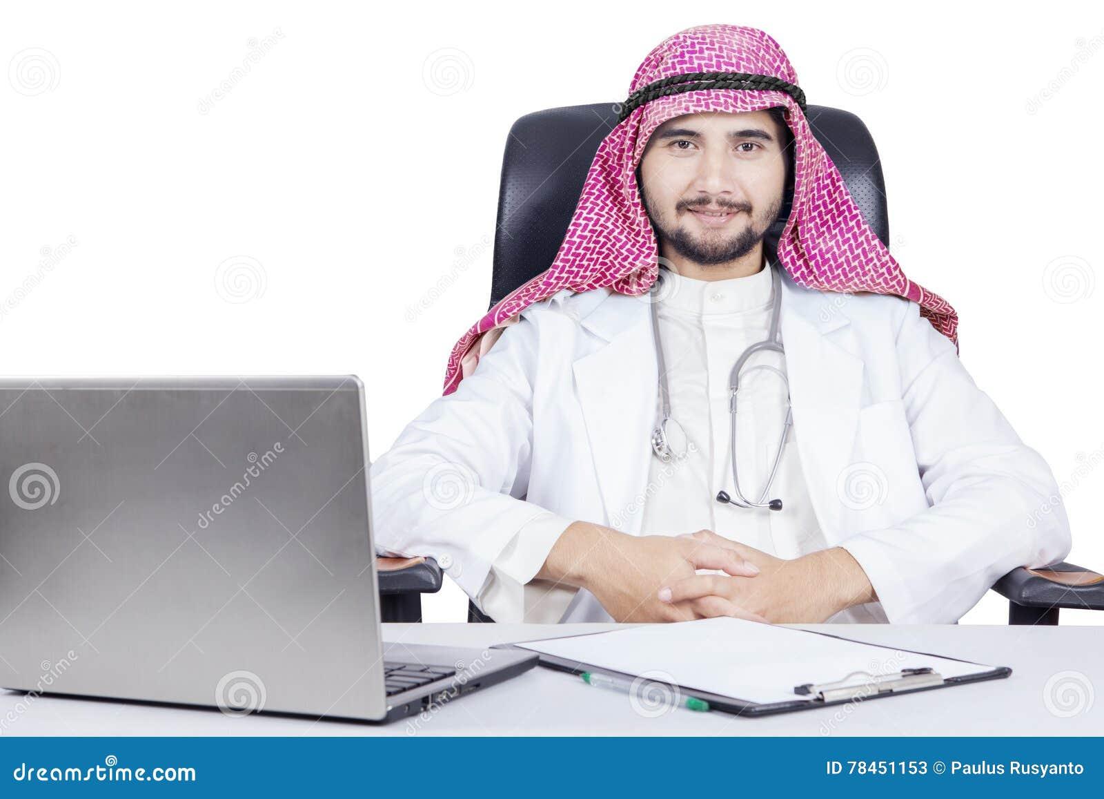 Docteur arabe sûr avec l ordinateur portable sur le bureau image