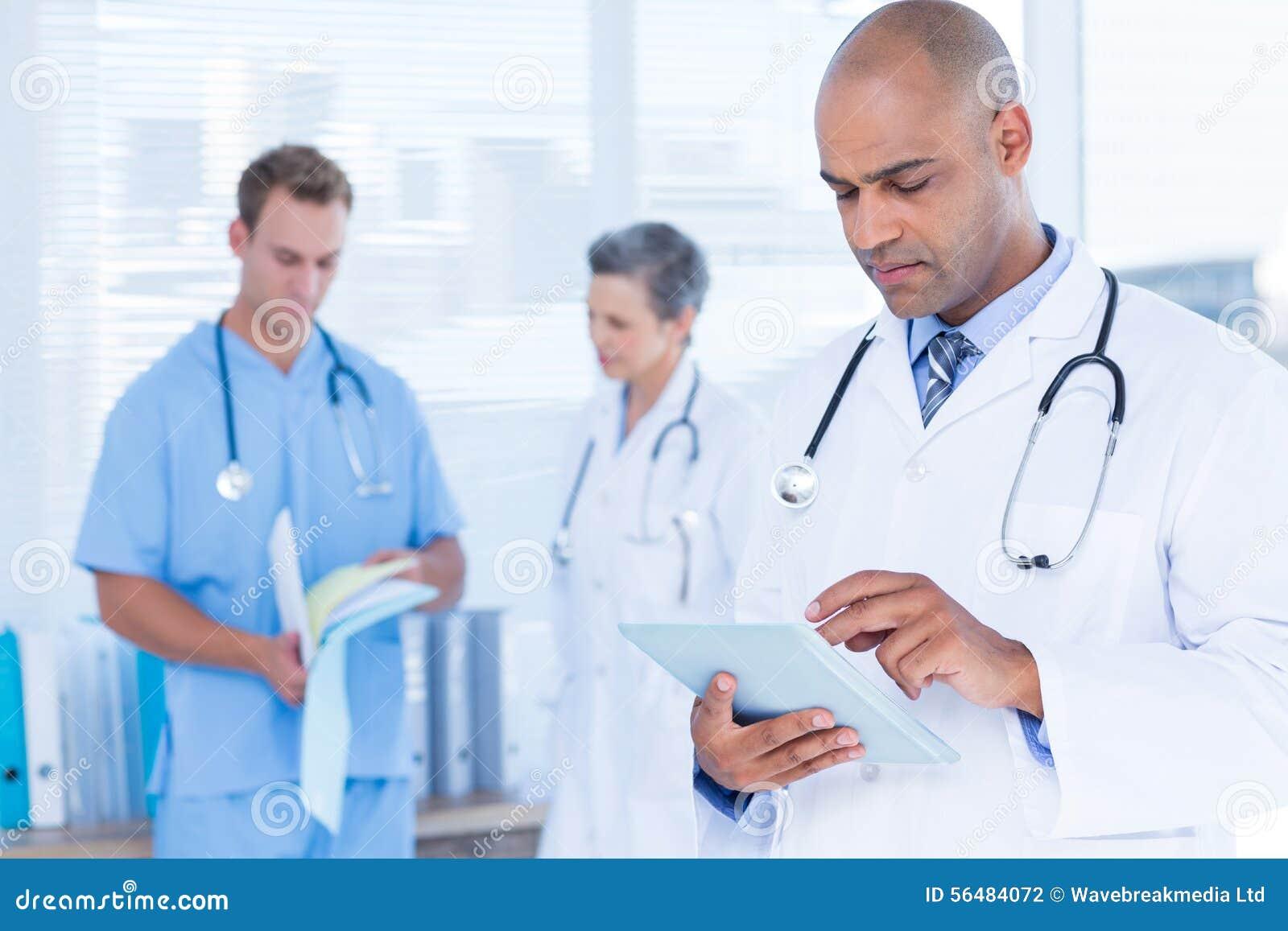 Docteur attentif à l aide de son comprimé
