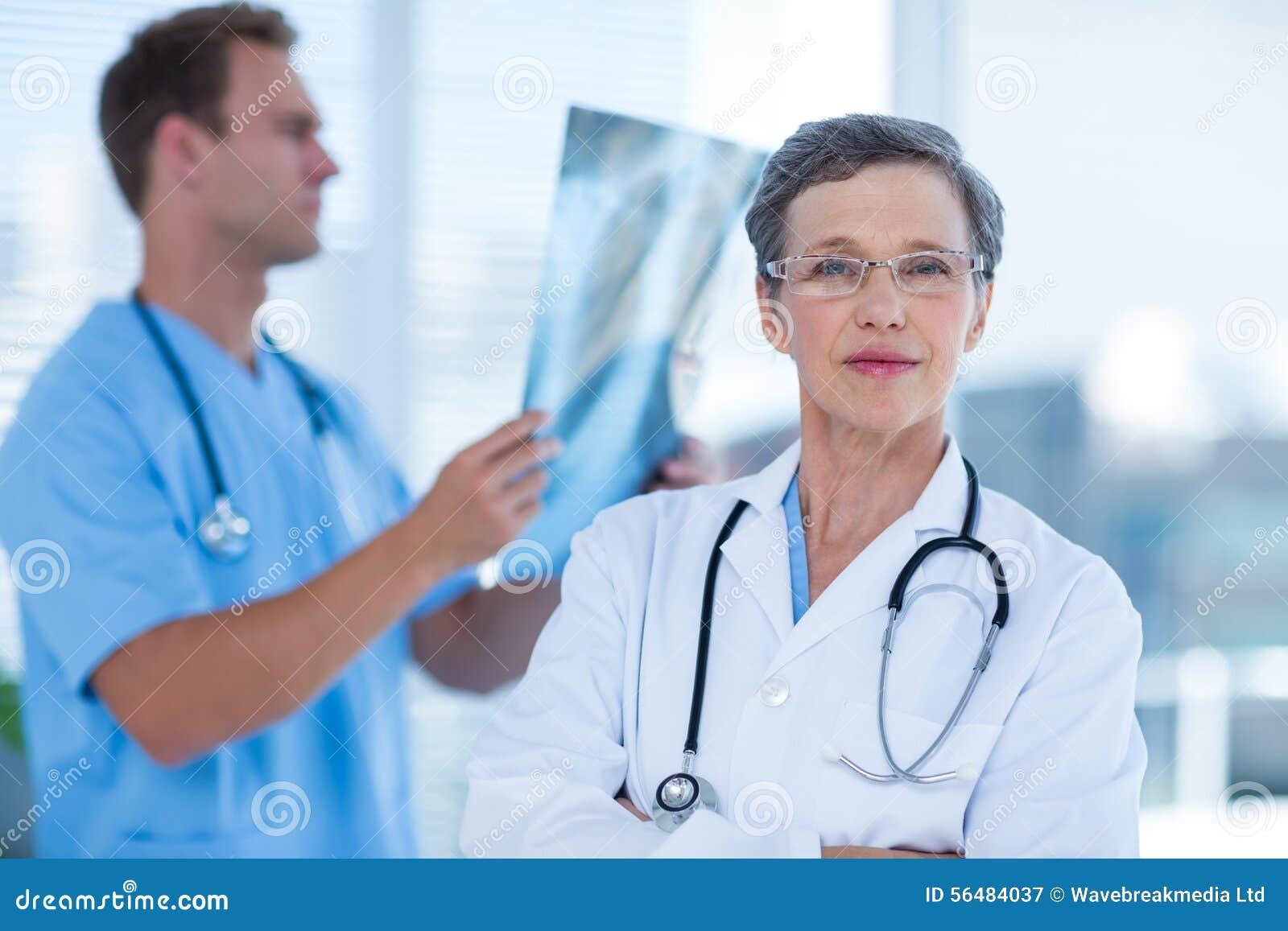 Docteur attentif regardant l appareil-photo