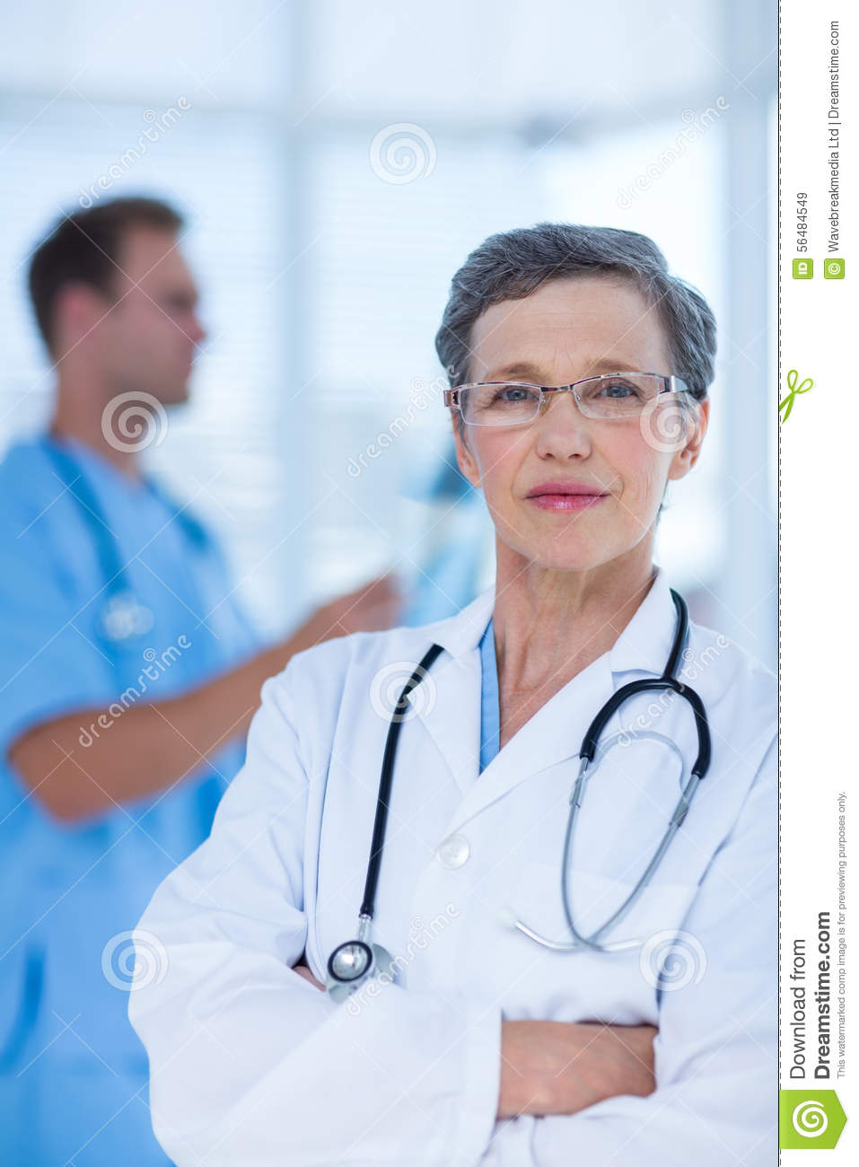 Docteur attentif regardant l appareil-photo