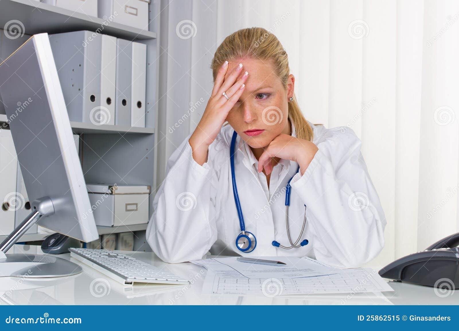 Docteur avec le stéthoscope