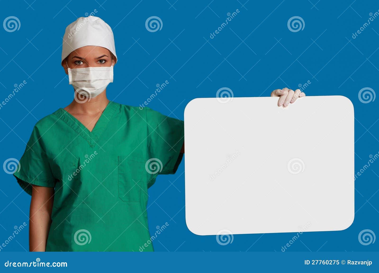 Docteur avec un panneau blanc