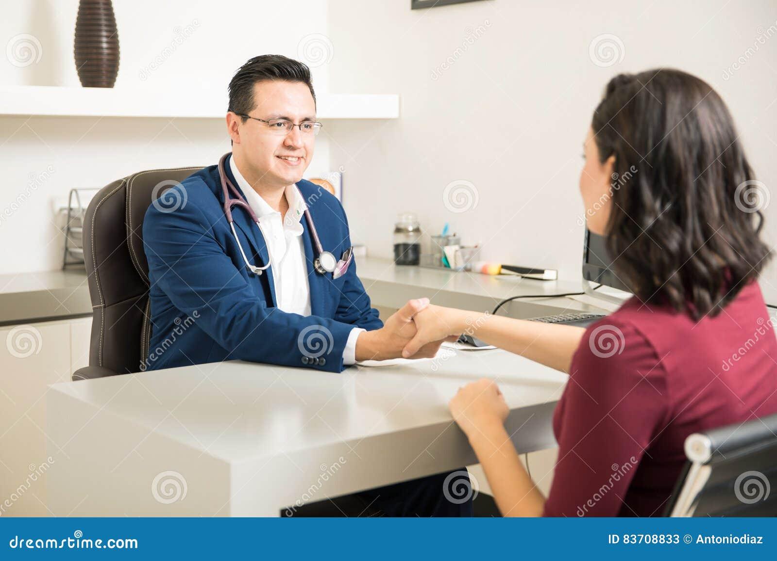 Docteur beau saluant un patient