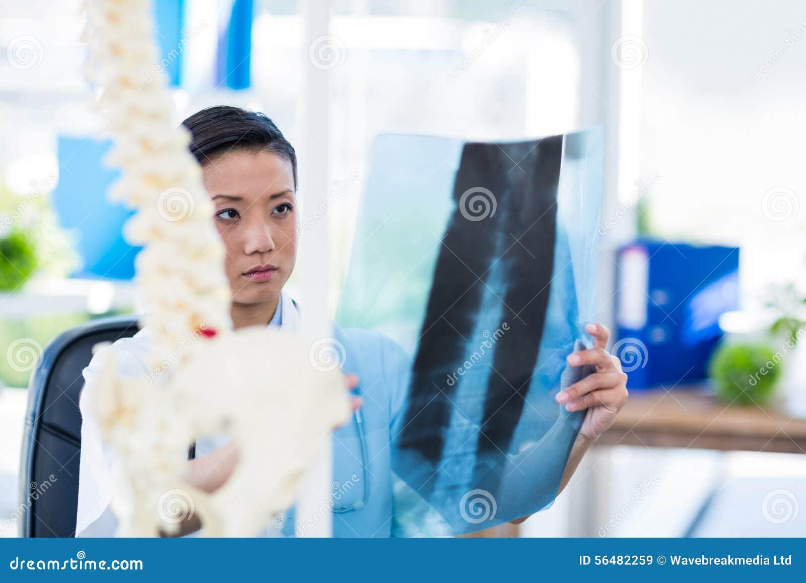 Docteur concentré analysant des rayons X