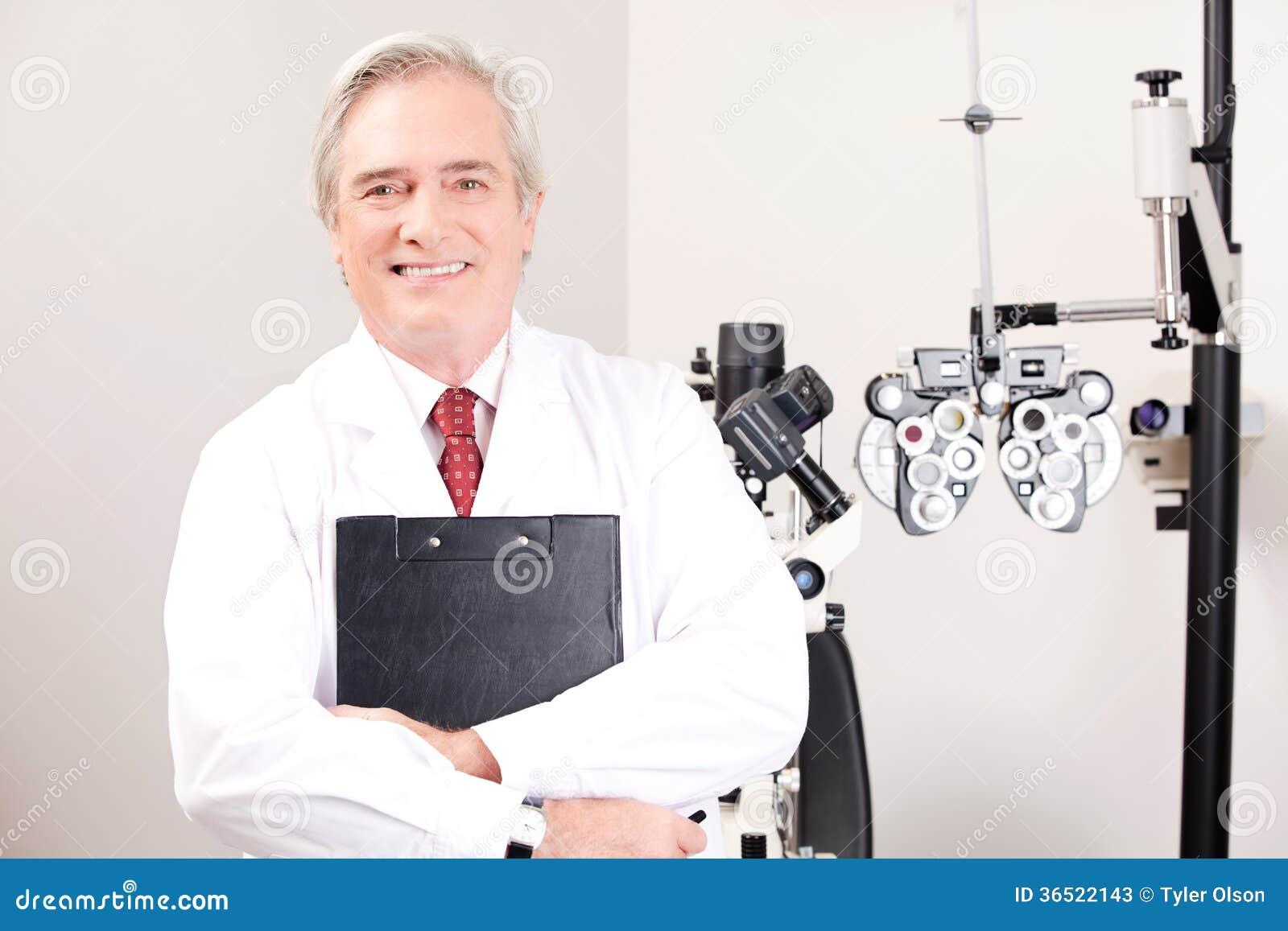 Docteur dans la clinique d ophthalmologie