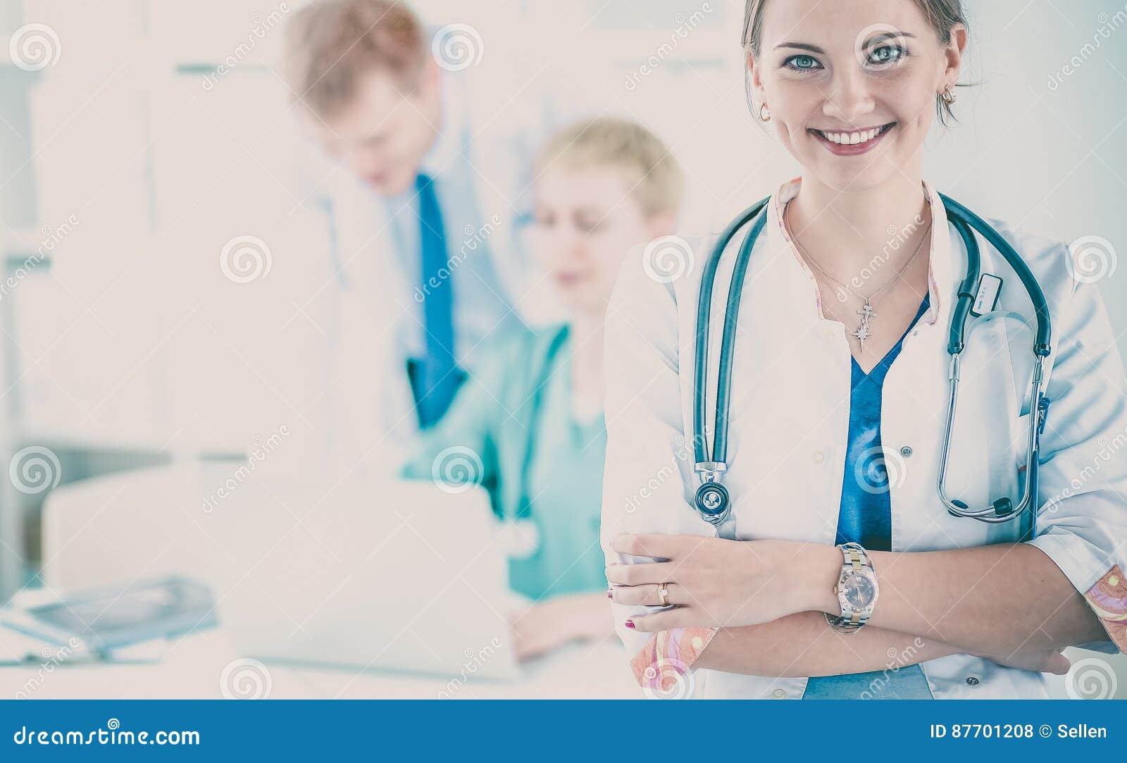 Docteur de femme se tenant avec le stéthoscope à l hôpital