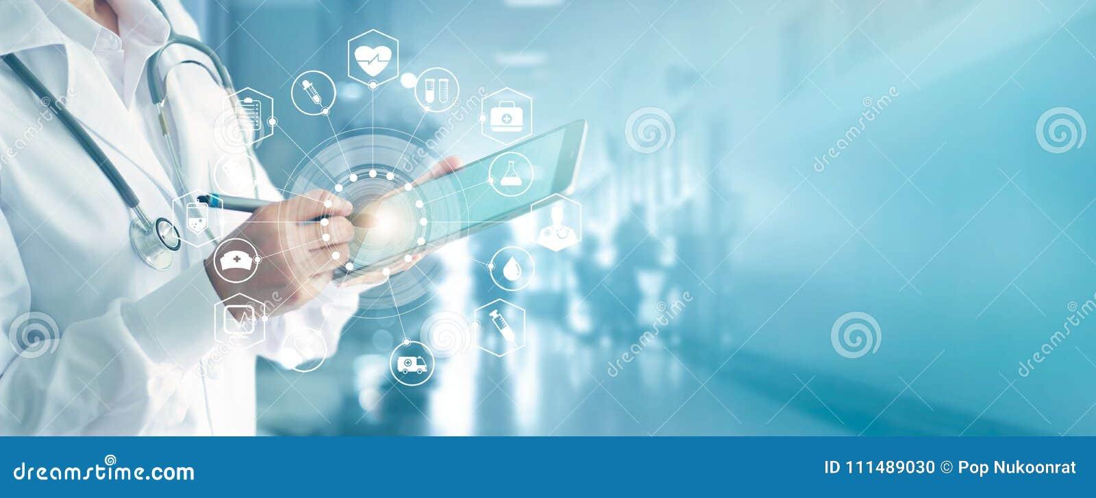 Docteur de médecine avec le stéthoscope touchant le réseau médical d icônes