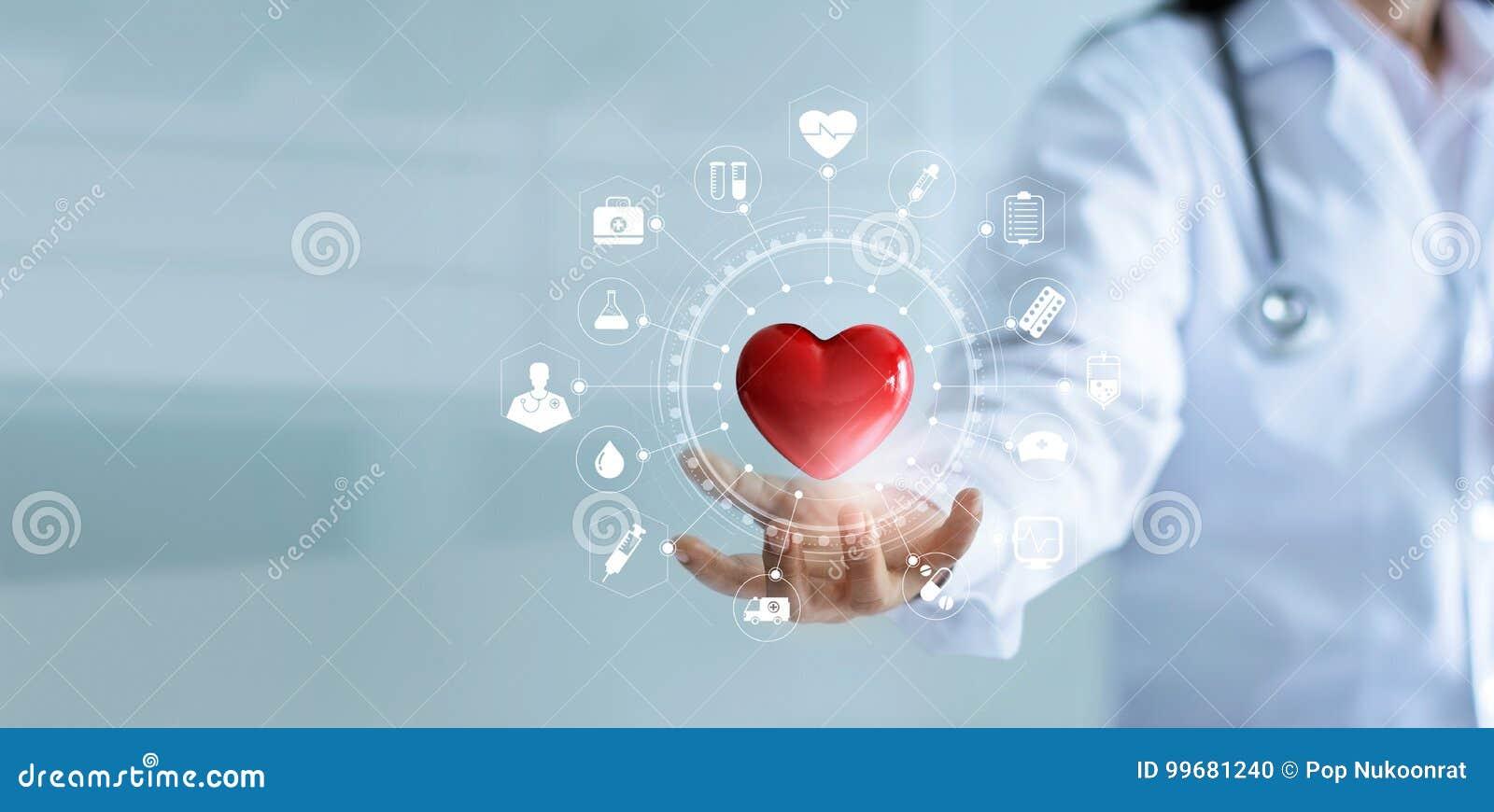 Docteur de médecine tenant la forme rouge de coeur avec le réseau médical d icône