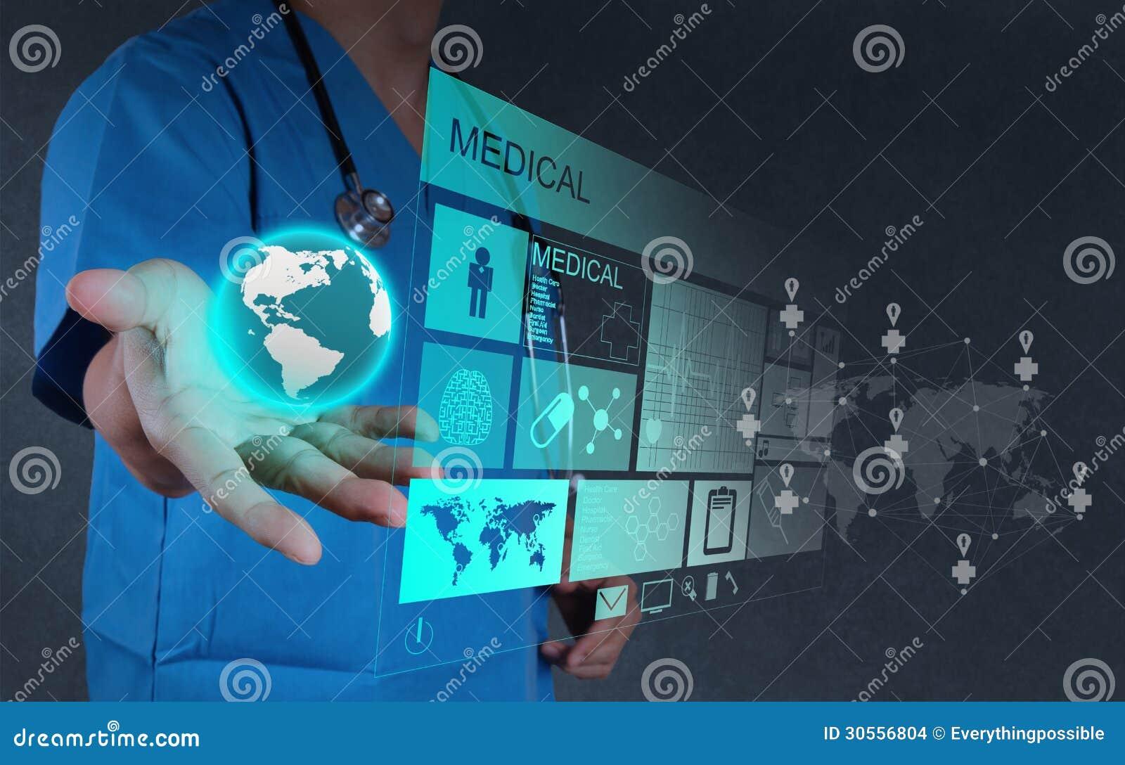Docteur de médecine travaillant avec l ordinateur moderne inter