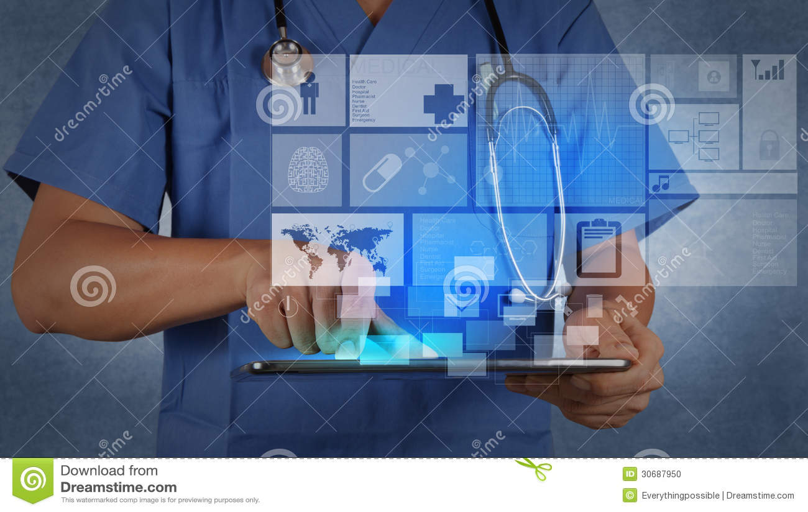 Docteur de médecine travaillant avec la tablette moderne