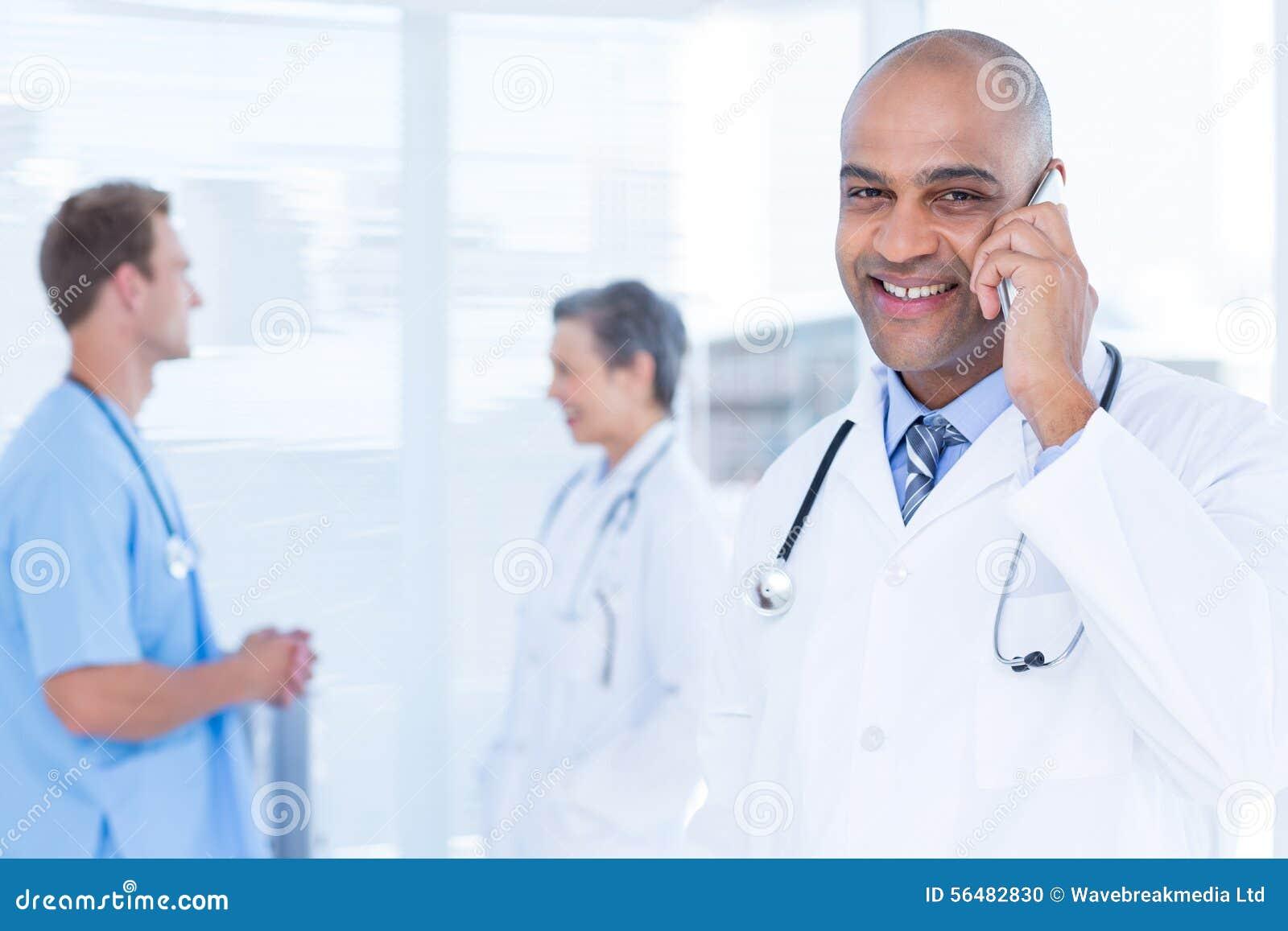 Docteur de sourire parlant au téléphone