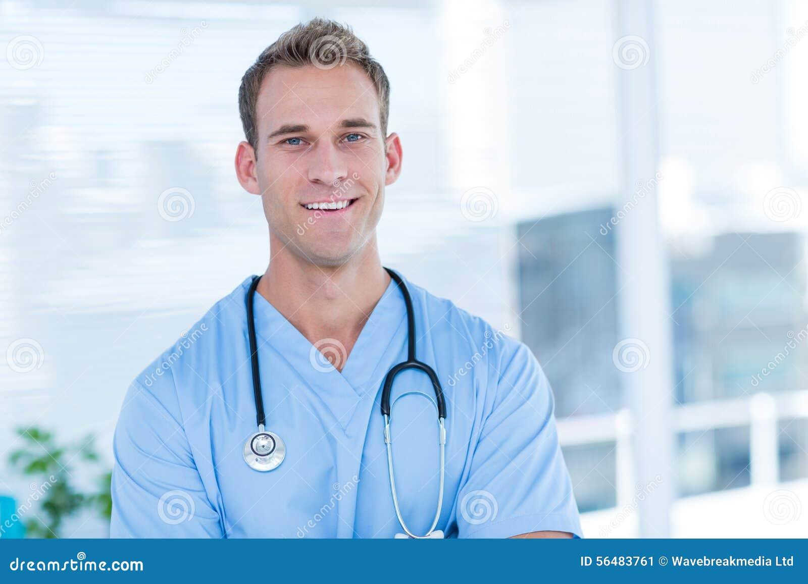 Docteur de sourire regardant l appareil-photo