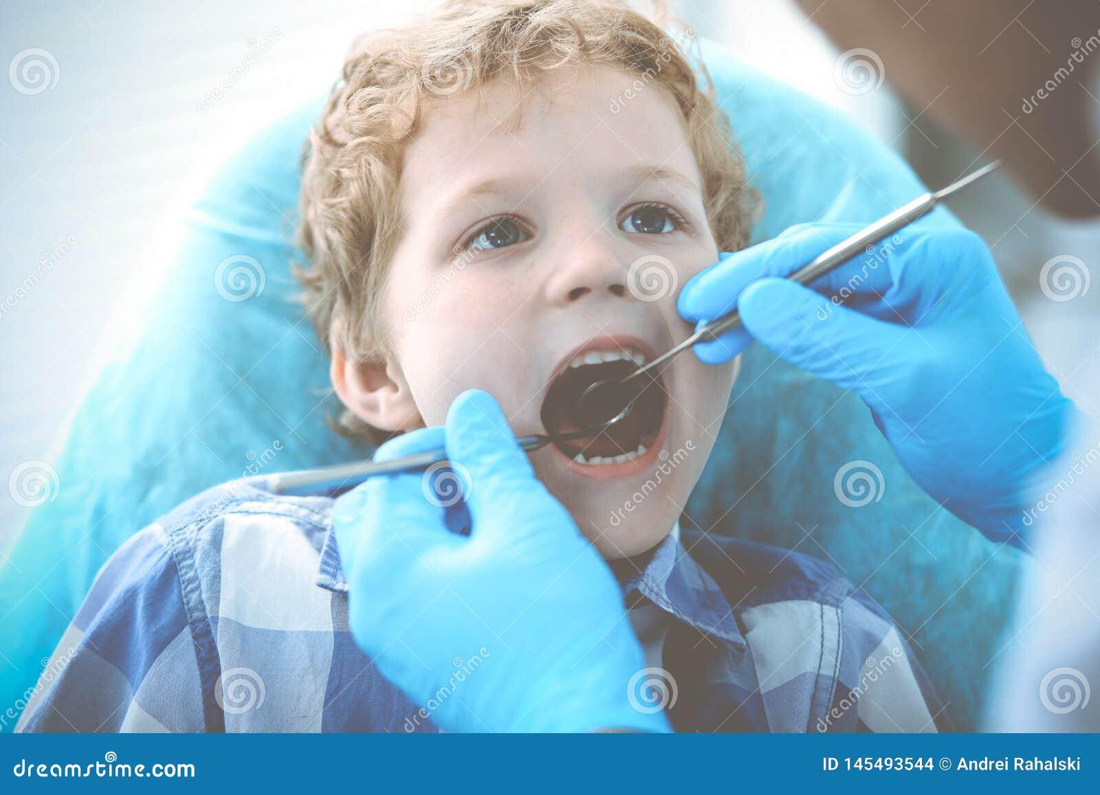 Docteur et enfant patient Gar?on faisant examiner ses dents avec le concept de dentiste Medicine, de soins de sant? et de stomato