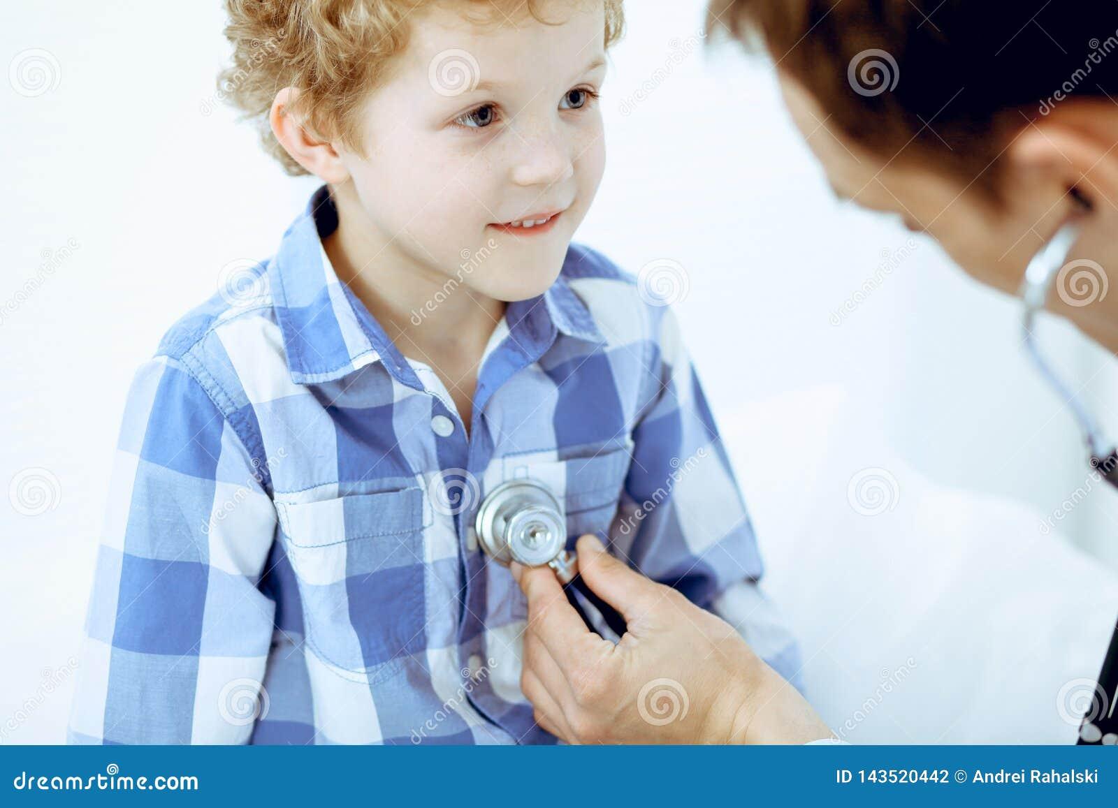 Docteur et enfant patient Médecin examinant peu de garçon Visite médicale régulière dans la clinique Médecine et soins de santé
